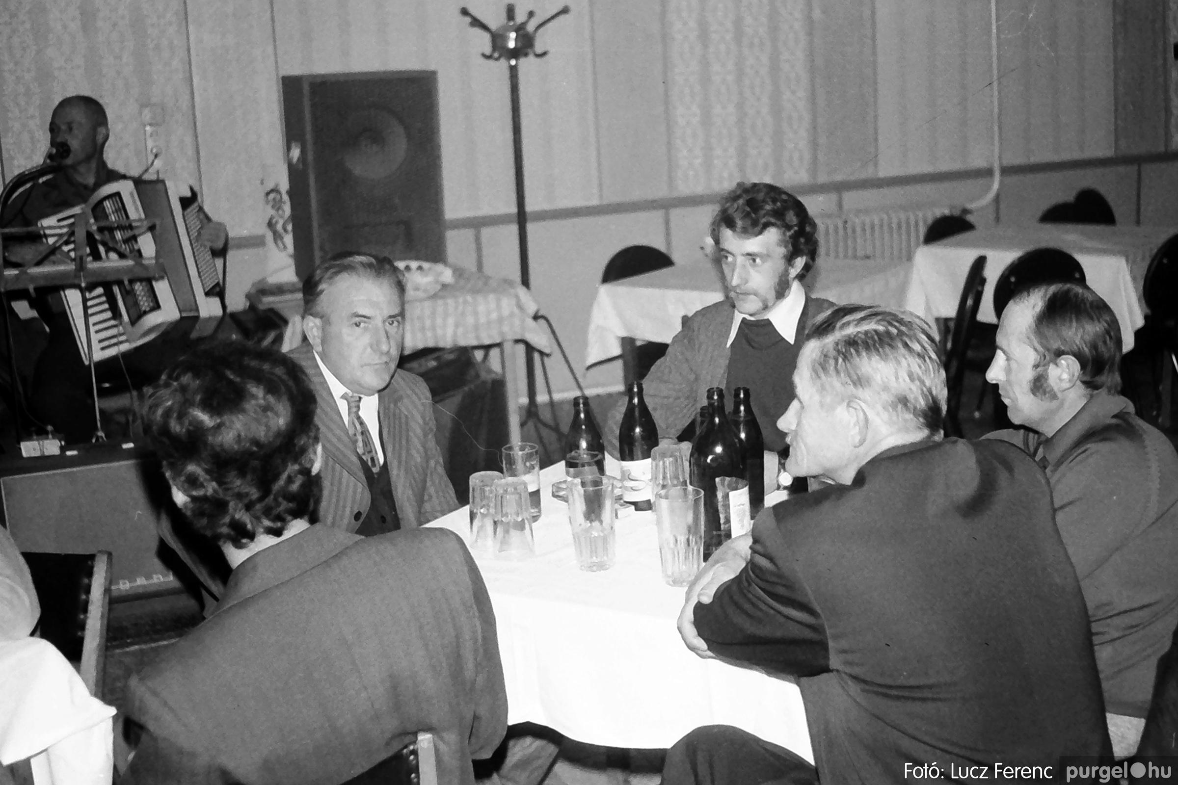 064-065. 1976. KTSZ-es dínomdánom a vendéglőben 016. - Fotó: Lucz Ferenc.jpg