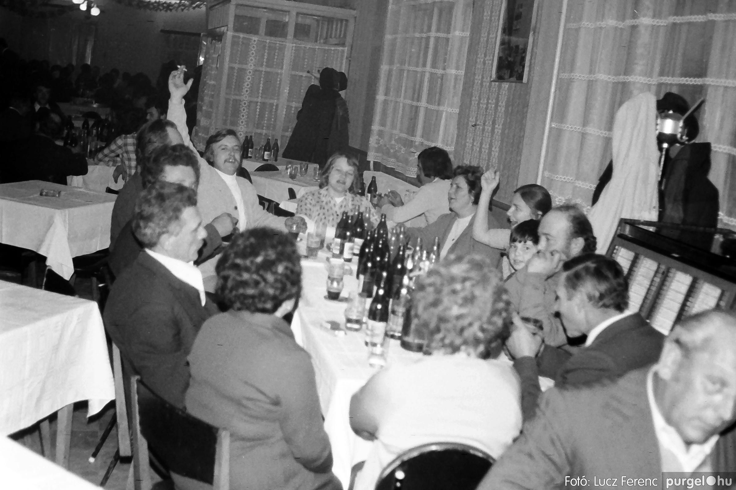 064-065. 1976. KTSZ-es dínomdánom a vendéglőben 013. - Fotó: Lucz Ferenc.jpg