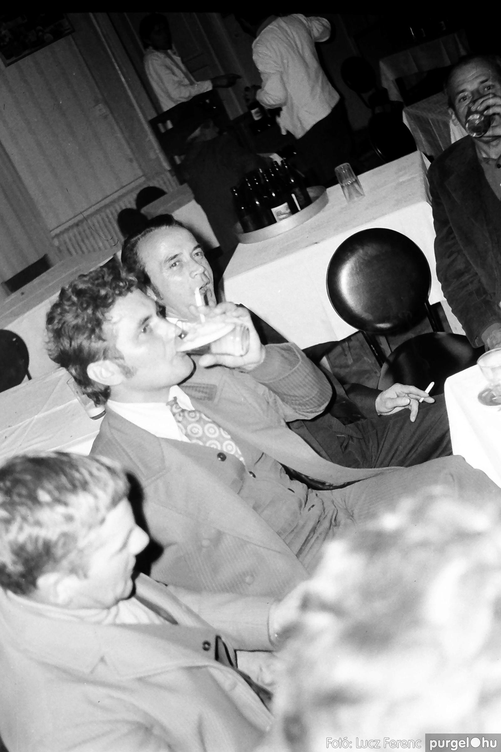 064-065. 1976. KTSZ-es dínomdánom a vendéglőben 012. - Fotó: Lucz Ferenc.jpg