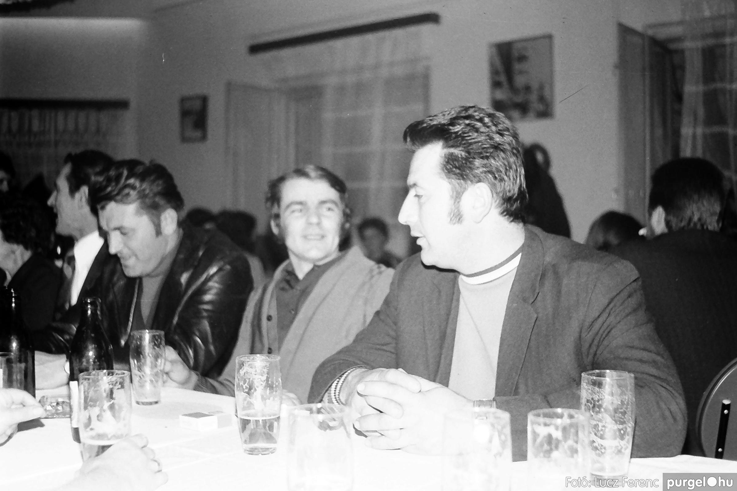 064-065. 1976. KTSZ-es dínomdánom a vendéglőben 010. - Fotó: Lucz Ferenc.jpg