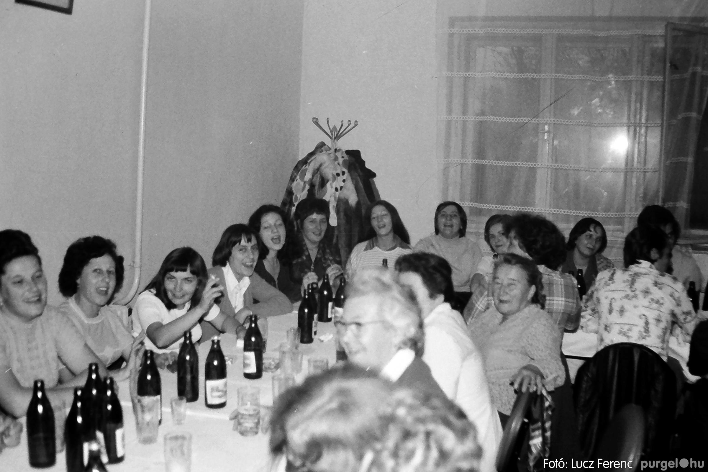 064-065. 1976. KTSZ-es dínomdánom a vendéglőben 002. - Fotó: Lucz Ferenc.jpg