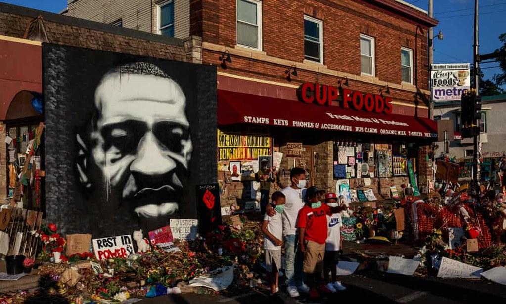 黑人男子佛洛伊德遭白人警察扼喉致死,引發黑命關天的示威潮。(圖片來源:Kerem Yucel/AFP)