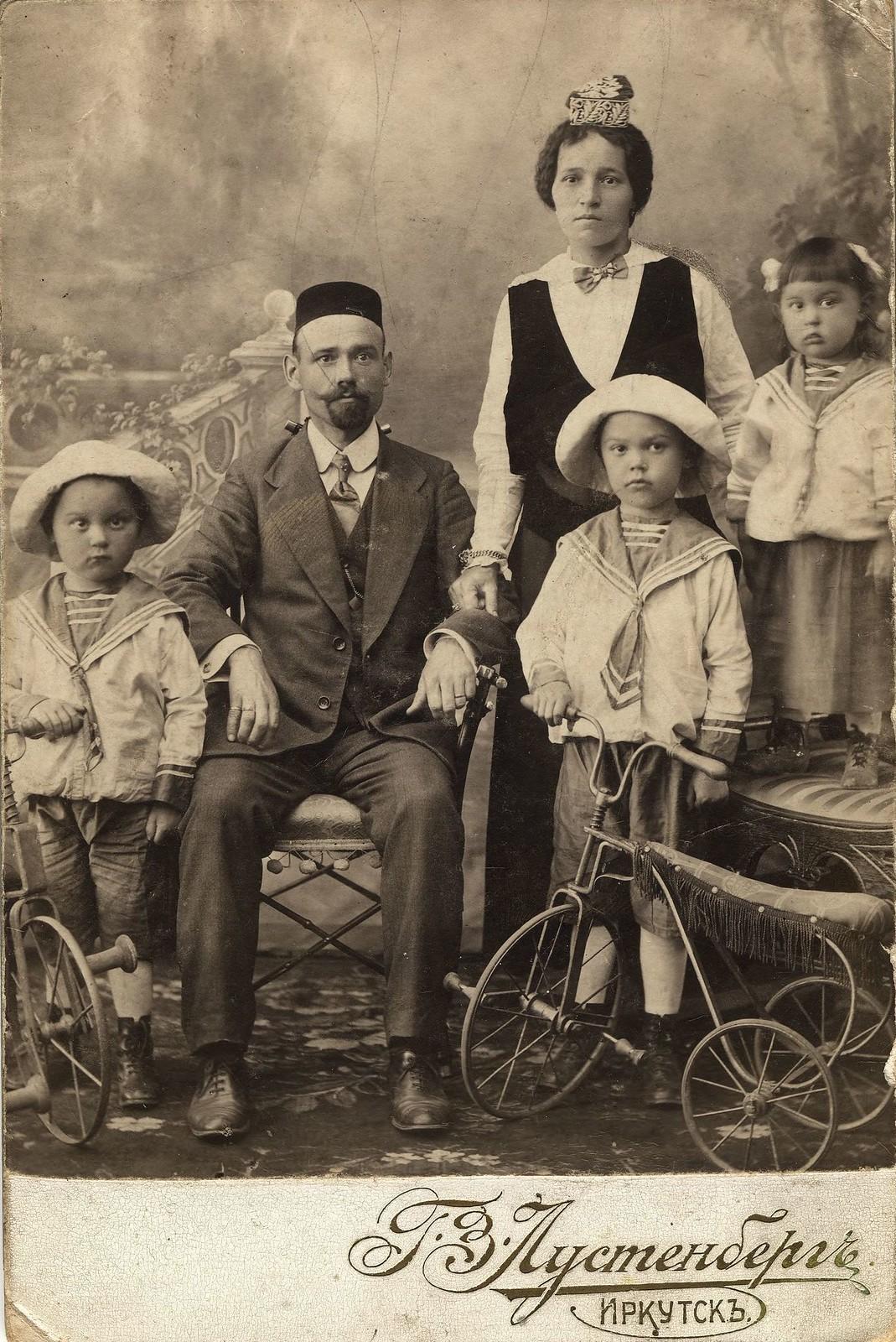 Татарская семья служащего конторы иркутских купцов Шафигулиных Г.М.Муратова - жена Фаизой и дети Анвар Бек, Ха
