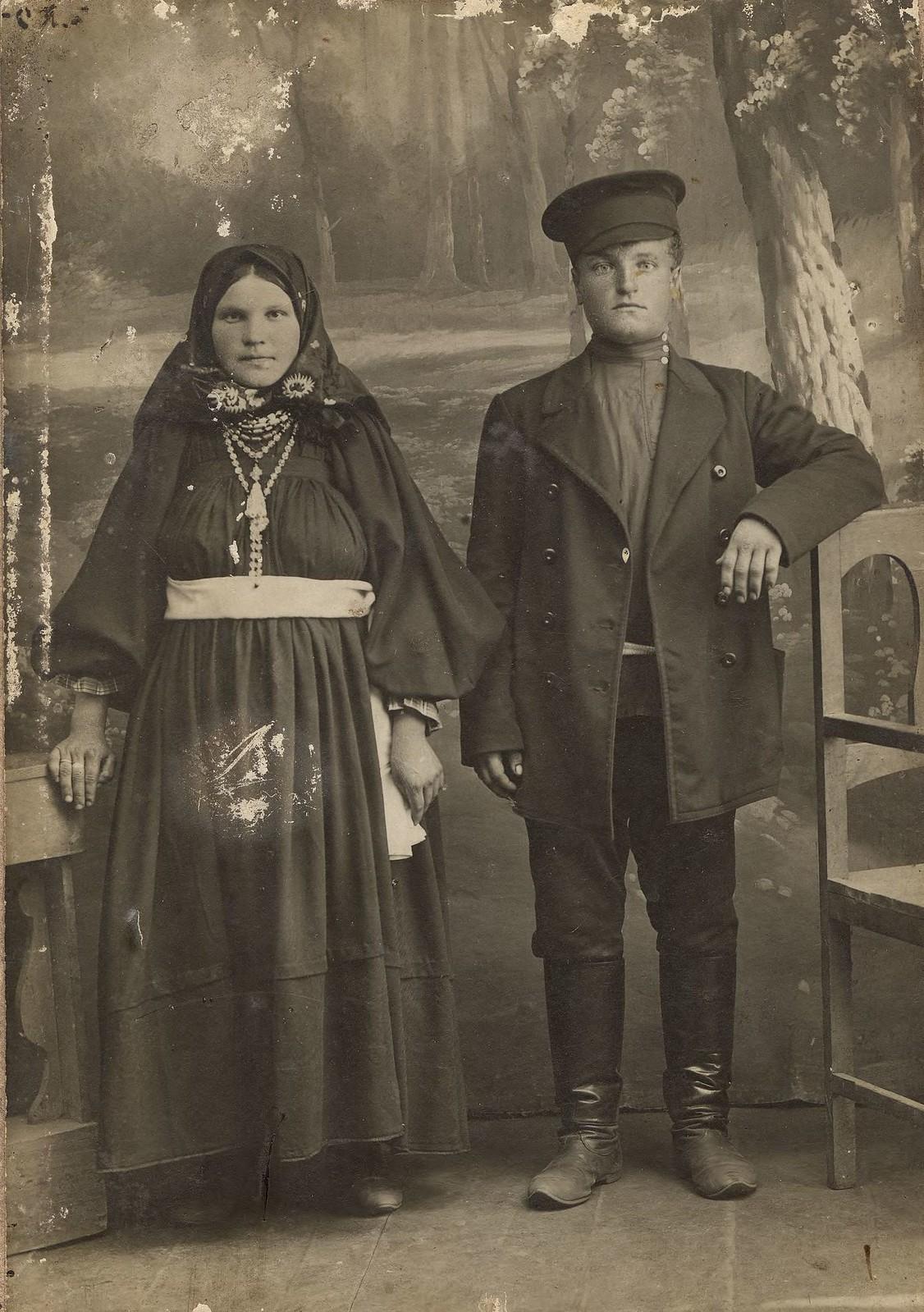 1910. Молодой супружеской четы из крестьян или небогатых мещан