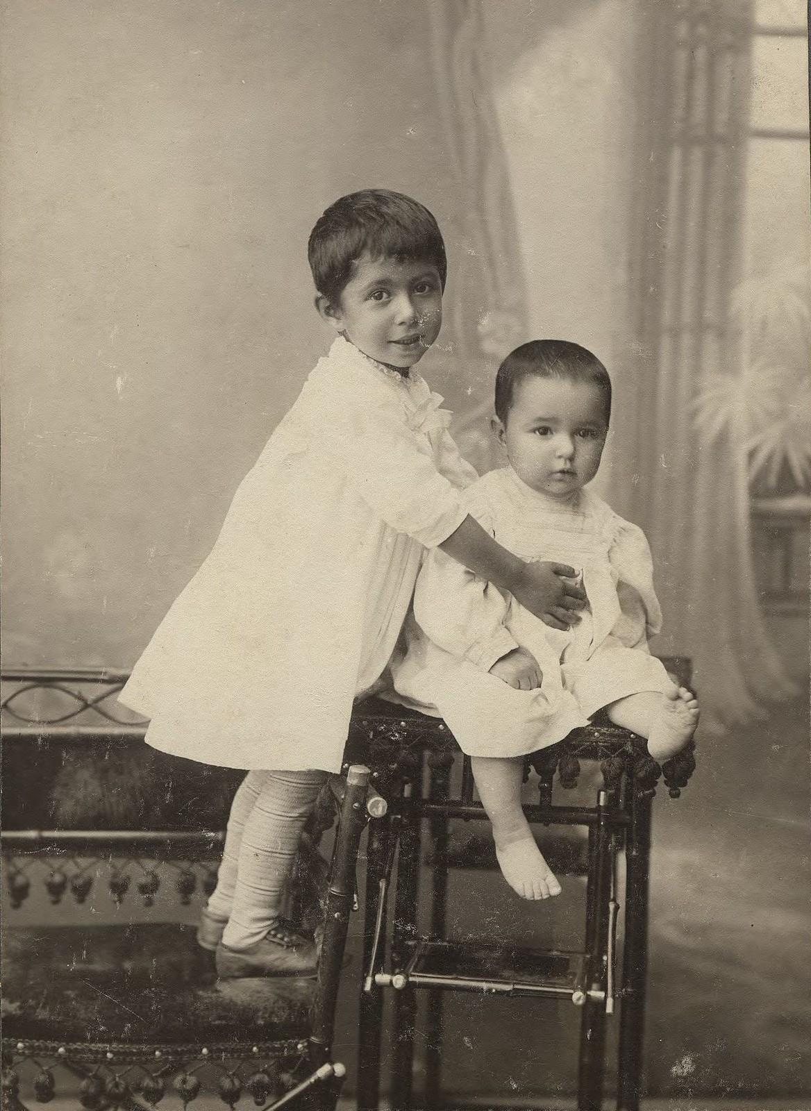 1910. Два мальчика в белых платьицах.