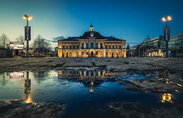 Kaupungintalon heijastus Kuopion tori ilta maaliskuu 2021