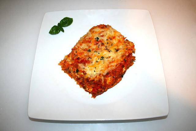 43 - Gratinated orzo with ground meat, zucchini, bell pepper & feta - Served / Überbackene Orzo mit Hackfleisch Zucchini, Paprika & Feta - Serviert