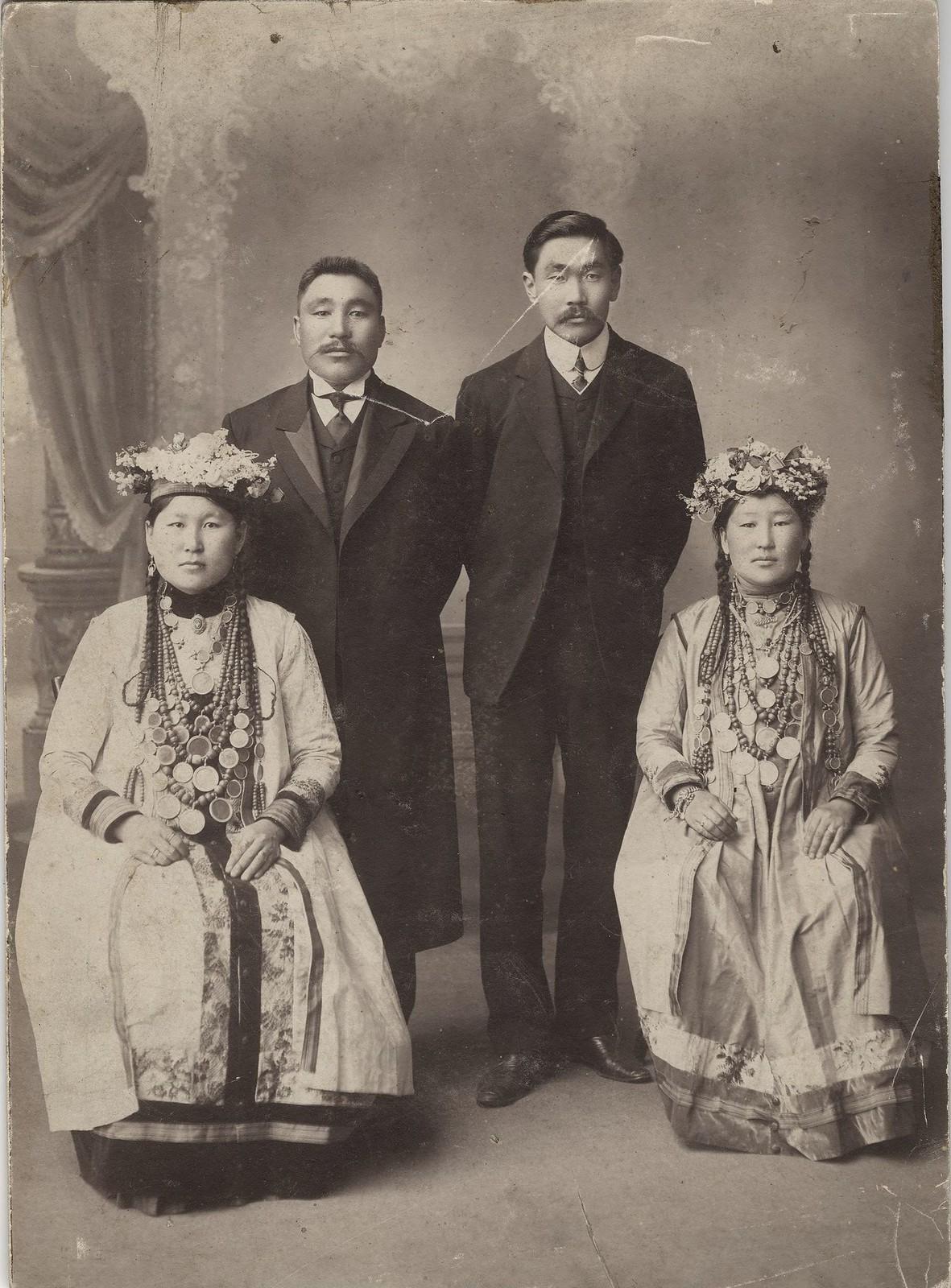 1910. Предприниматель Ханхасаев и купец 1 гильдии Родионов с женами в национальных бурятских костюмах.