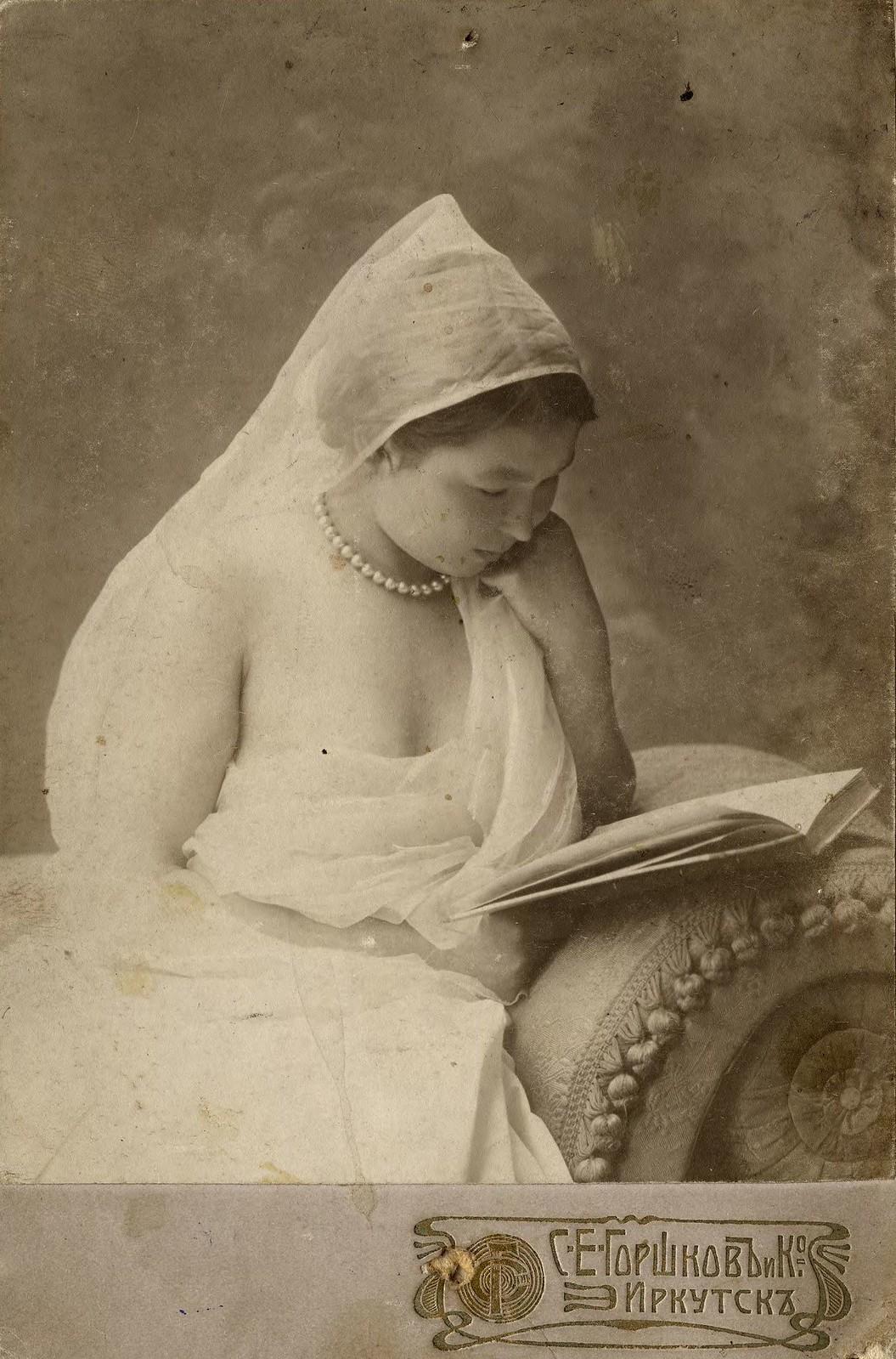 1910. Неизвестная, читающая книга