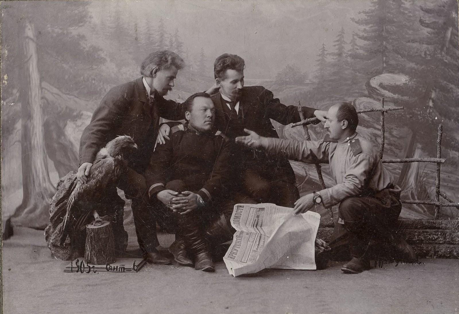 1905. Группа мужчин с газетой «Иркутские ведомости»