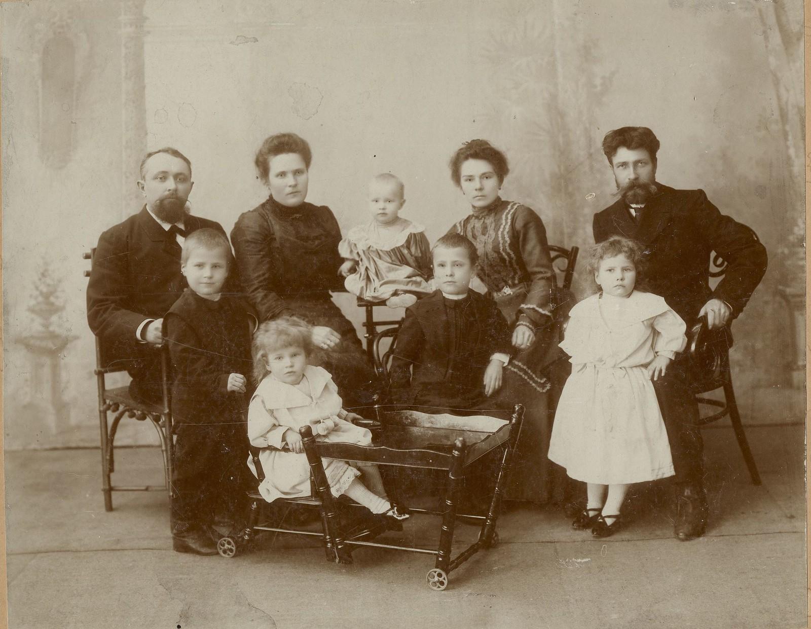 1900-е. Семья строителя транссибирской железной дороги Усевича с друзьями