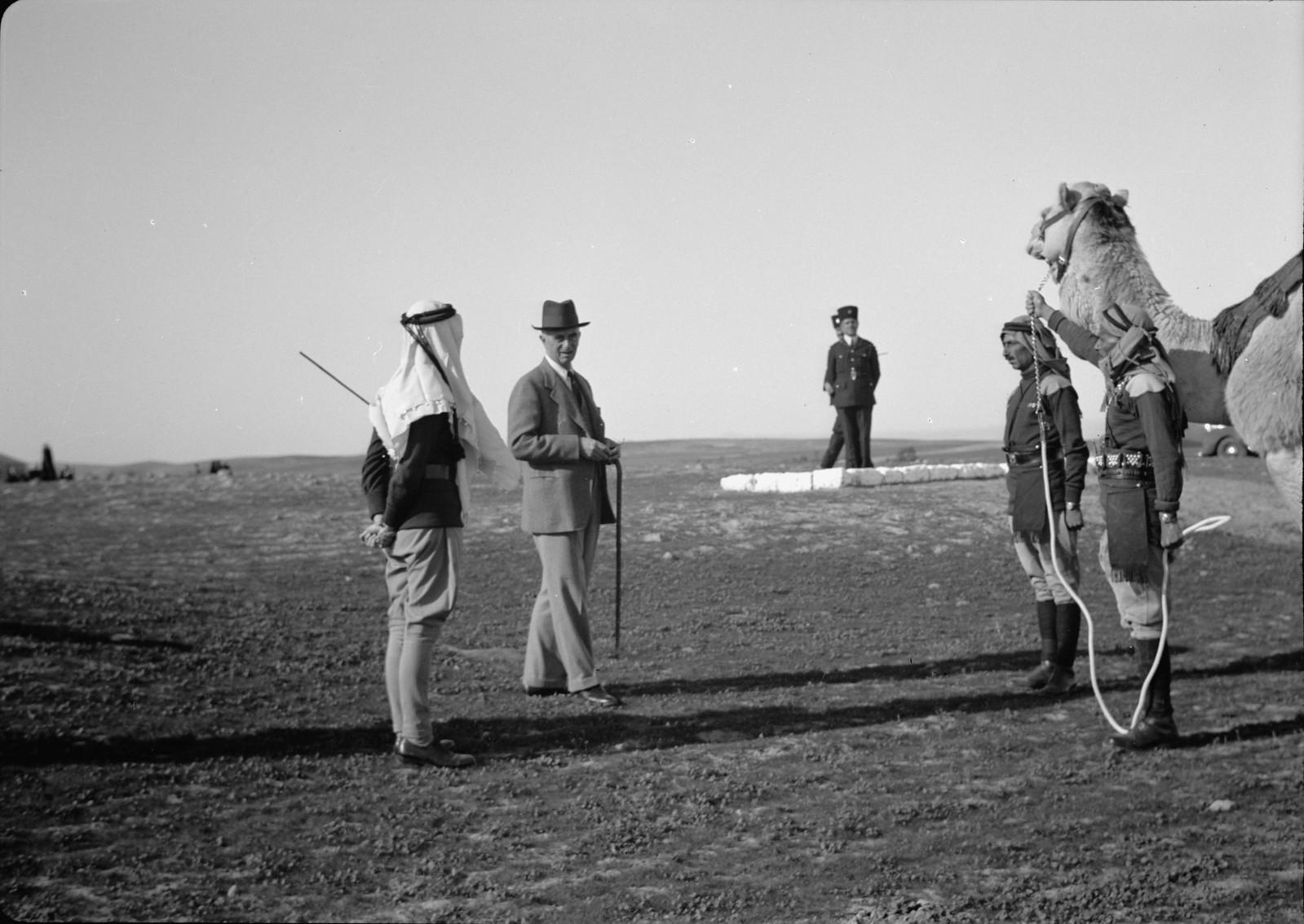 07. Его Превосходительство разговаривает с членами верблюжьего корпуса.