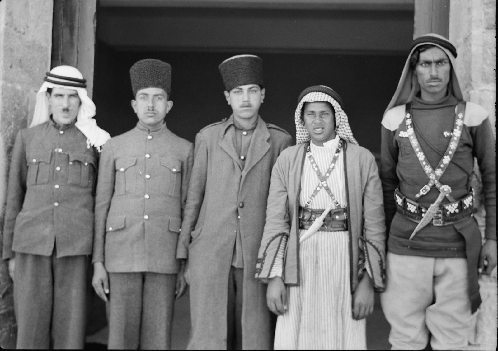 04. Мохаммед (слуга г-на Белла), бедуин из корпуса и 3 посыльных