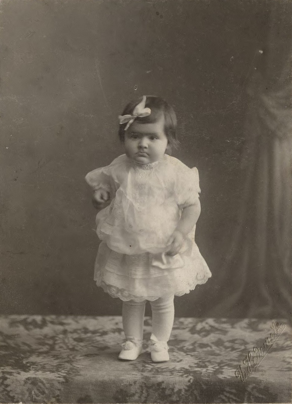 1913. Девочка в белом кружевном платье