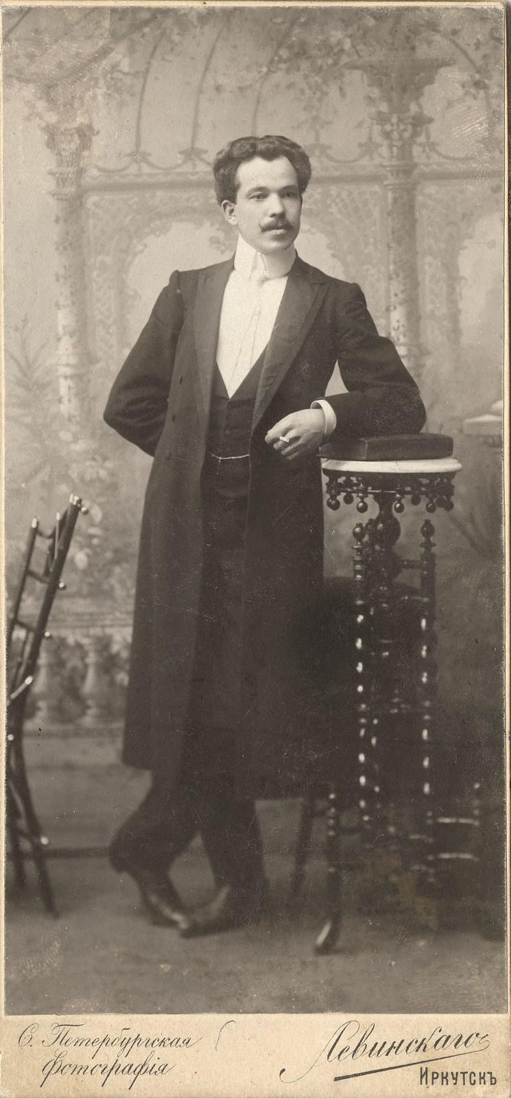 1910. Портрет молодого мужчины во фраке.