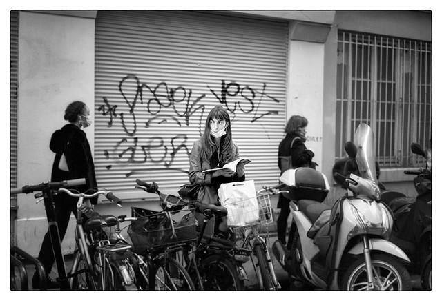 La lectrice sur son vélo - reading on her bike