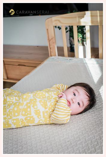 ベビーベッドに寝転がる赤ちゃん