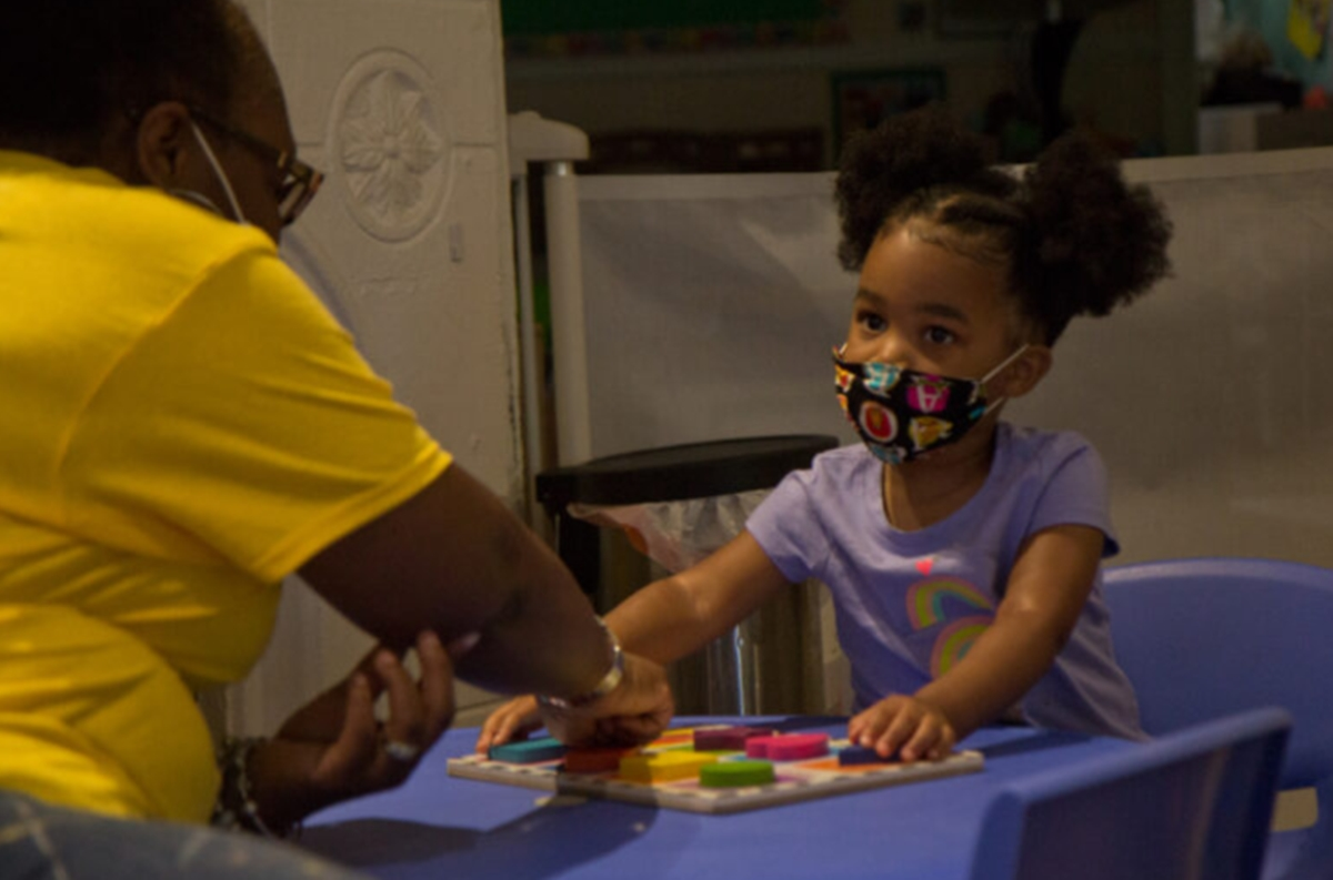 คนทำงานดูแลเด็กในสหรัฐฯ เผชิญความยากลำบากช่วง COVID-19