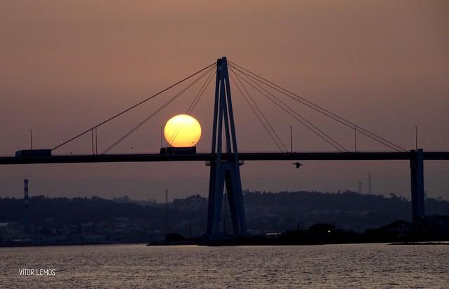 O sol passeando de camião, pela ponte da Figueira da Foz