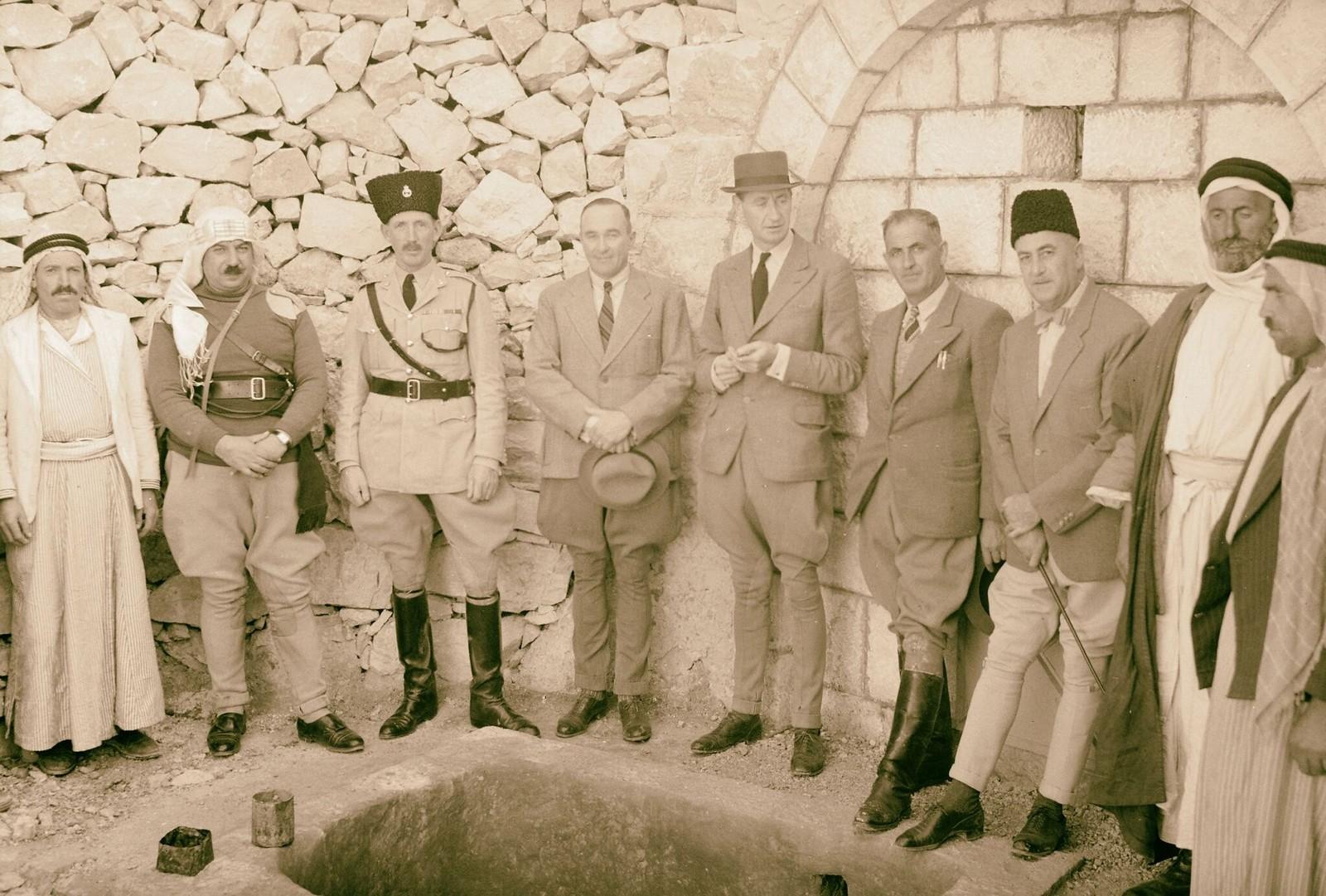 13. Открытие дополнительного источника воды в Айн-Хамде на юго-востоке Вифлеема. Слева направо, Фиас Бей эд Дризи, г-н Кайлес, г-н Соммервилл, г-н МакГиг, инженер, и г-н Фарадж,