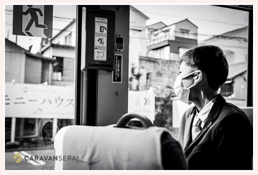 バスに乗る男の子 モノクロ写真