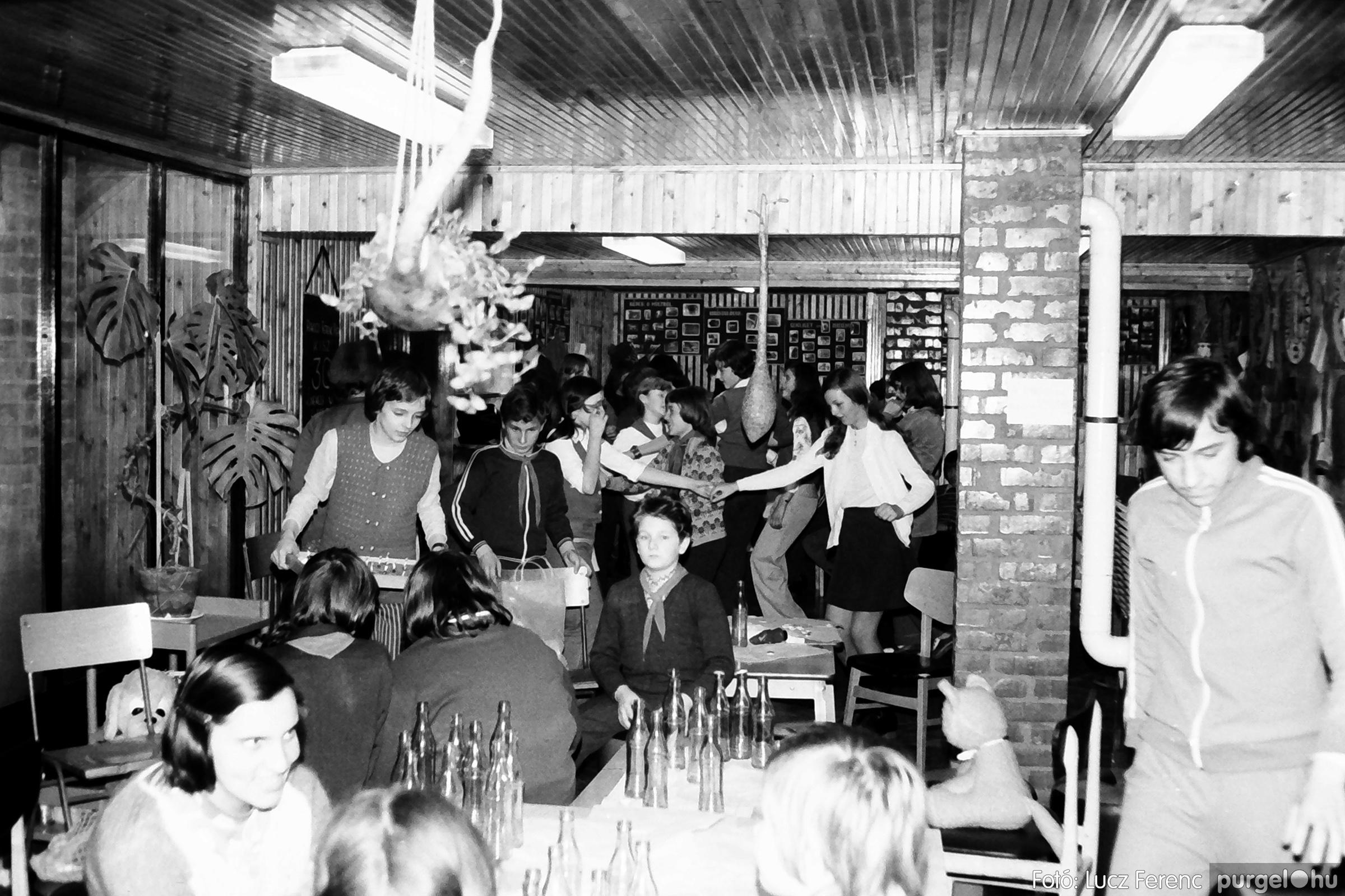 067. 1976. Karácsonyi buli az úttörőszobában 016. - Fotó: Lucz Ferenc.jpg
