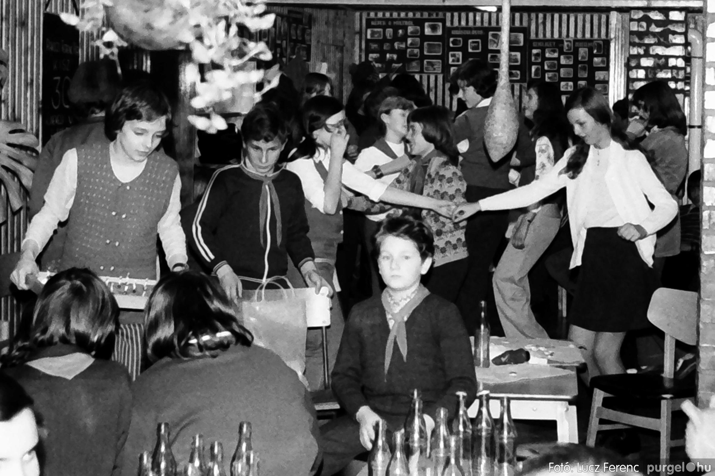 067. 1976. Karácsonyi buli az úttörőszobában 015. - Fotó: Lucz Ferenc.jpg