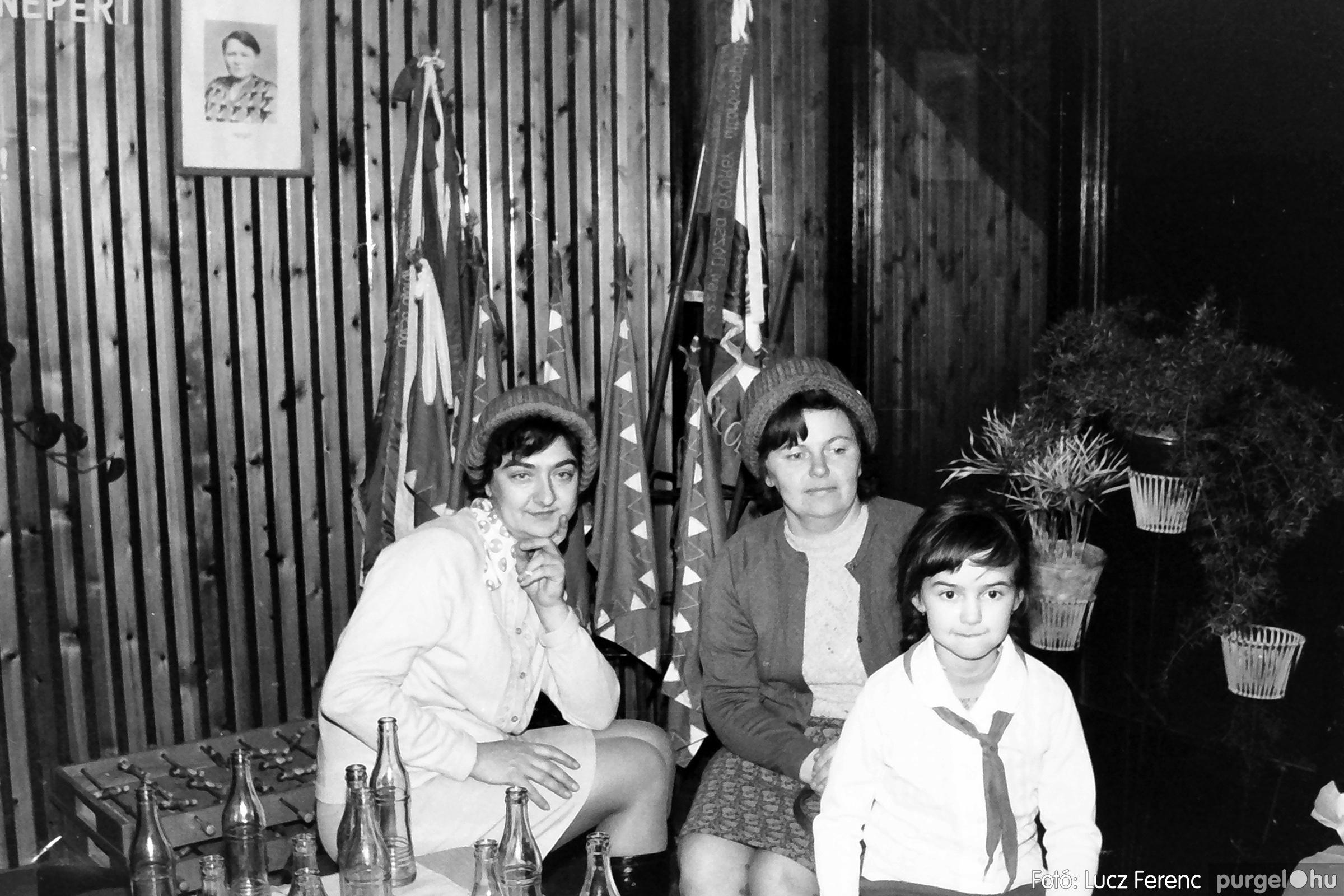 067. 1976. Karácsonyi buli az úttörőszobában 011. - Fotó: Lucz Ferenc.jpg