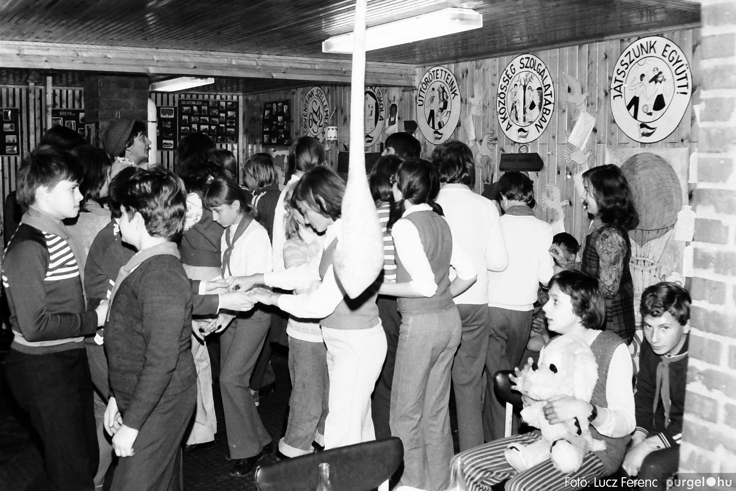 067. 1976. Karácsonyi buli az úttörőszobában 007. - Fotó: Lucz Ferenc.jpg