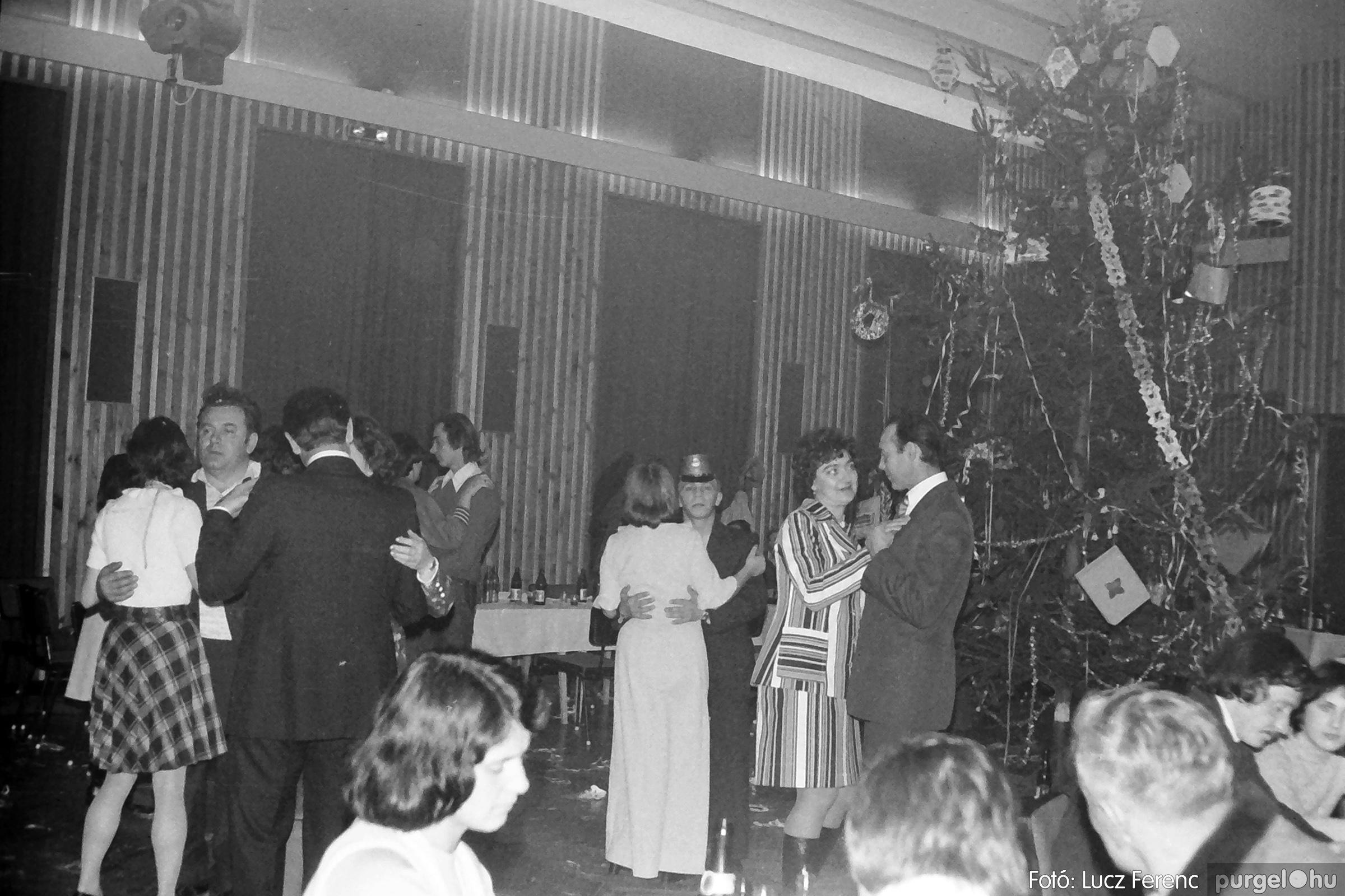 070. 1976.12.31. Szilveszter a kultúrházban 013. - Fotó: Lucz Ferenc.jpg