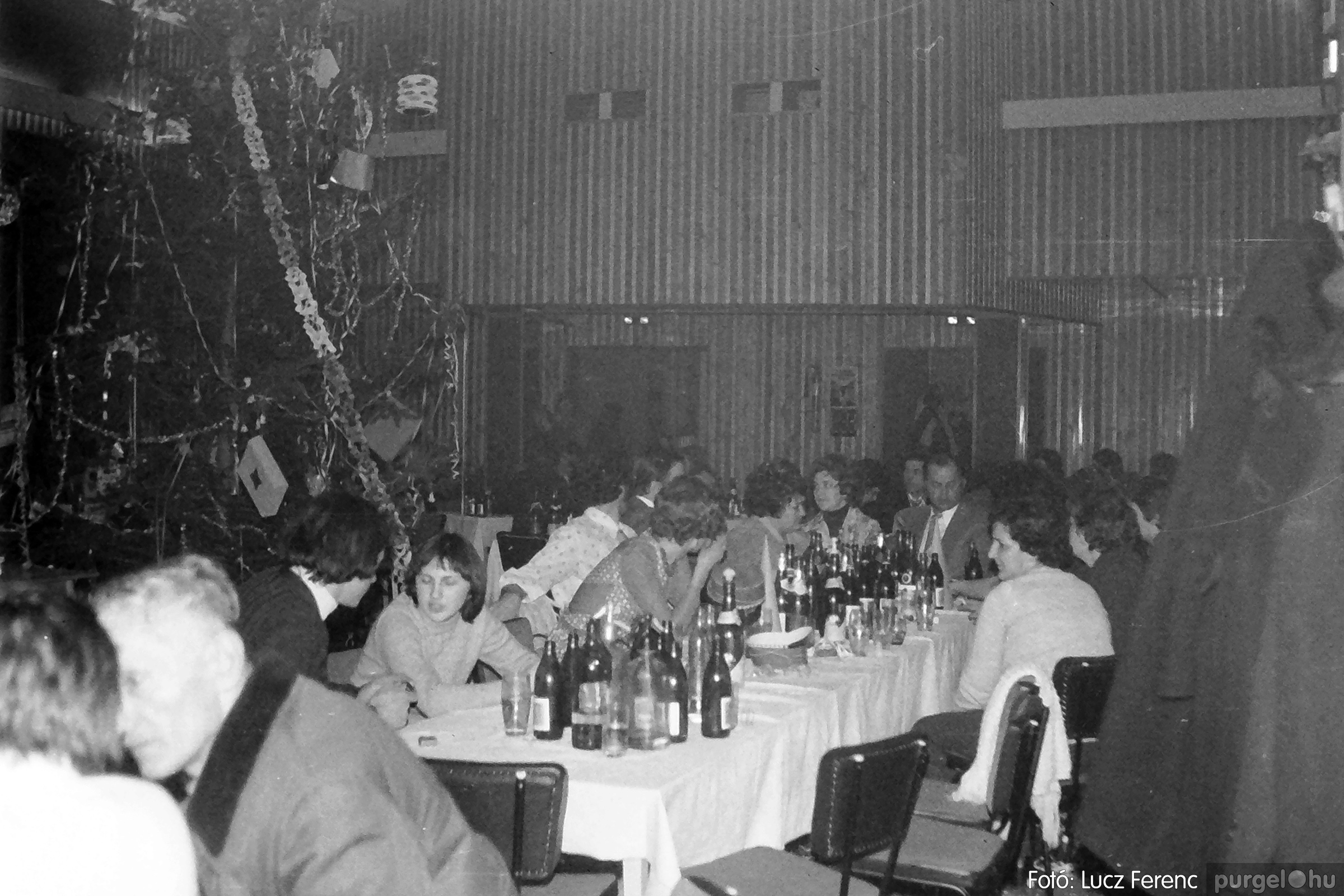 070. 1976.12.31. Szilveszter a kultúrházban 012. - Fotó: Lucz Ferenc.jpg