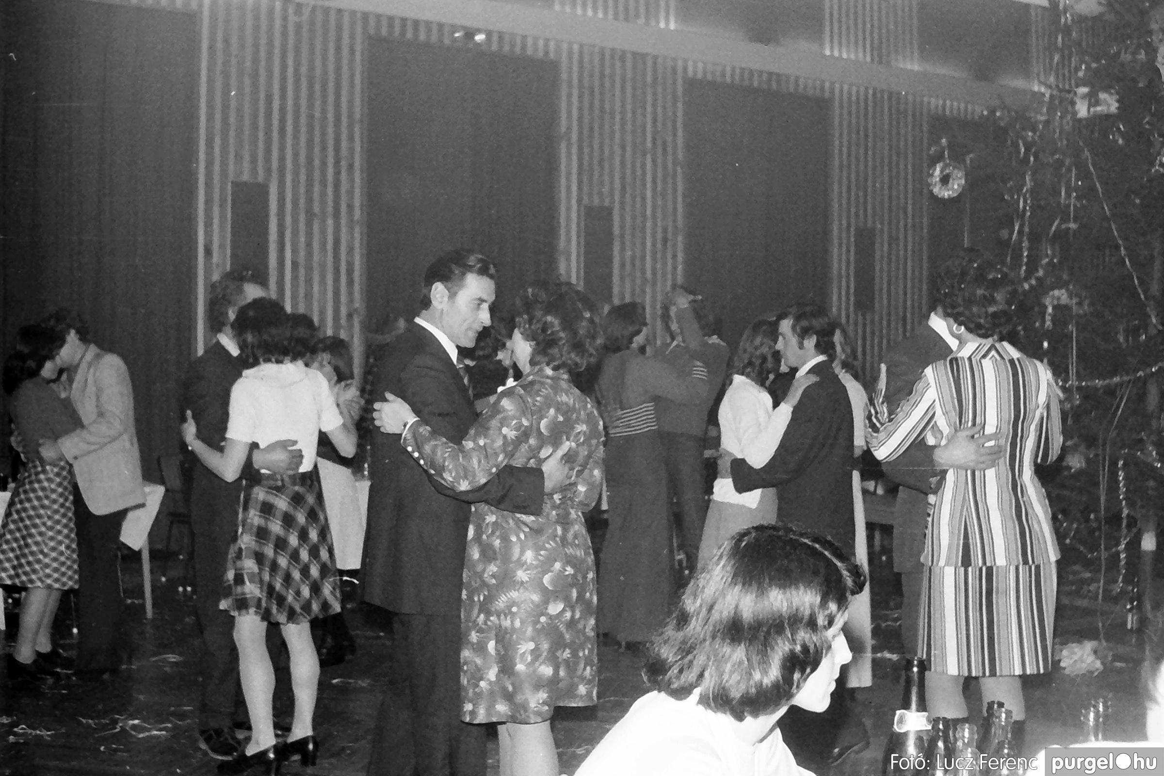 070. 1976.12.31. Szilveszter a kultúrházban 011. - Fotó: Lucz Ferenc.jpg