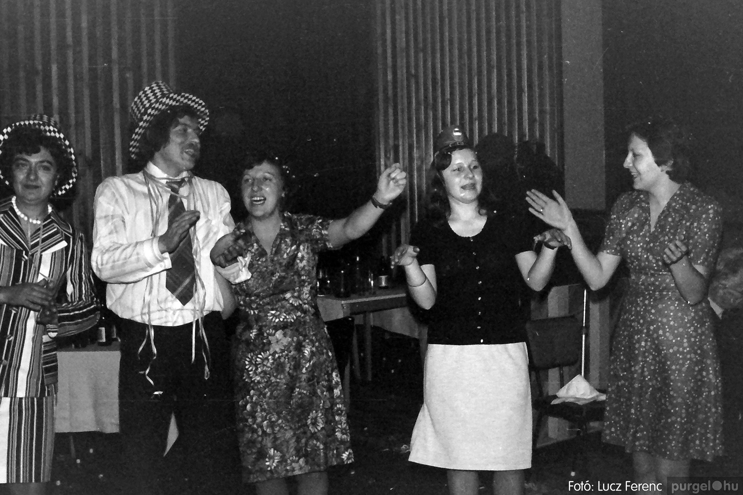 070. 1976.12.31. Szilveszter a kultúrházban 004. - Fotó: Lucz Ferenc.jpg