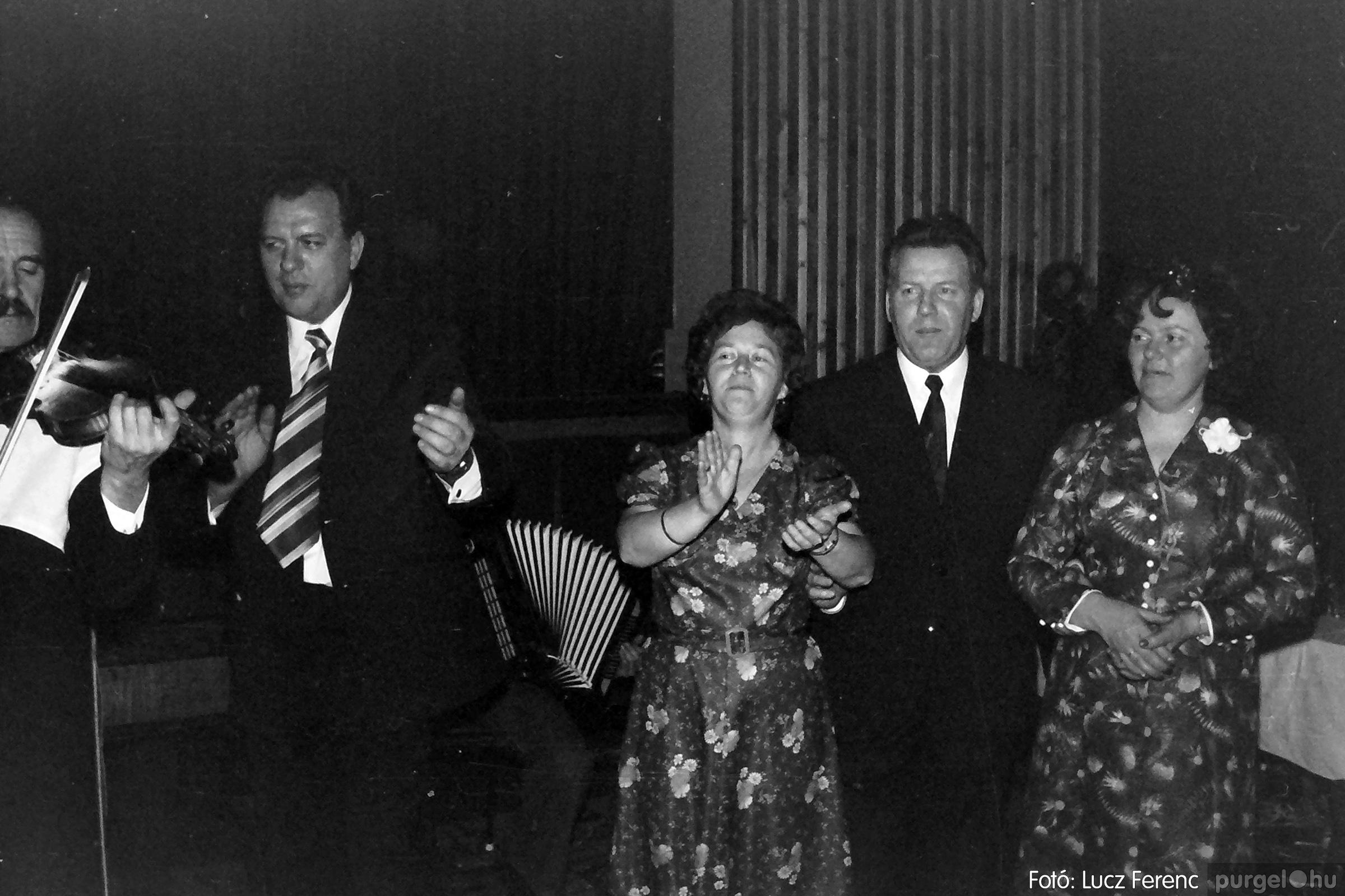 070. 1976.12.31. Szilveszter a kultúrházban 003. - Fotó: Lucz Ferenc.jpg
