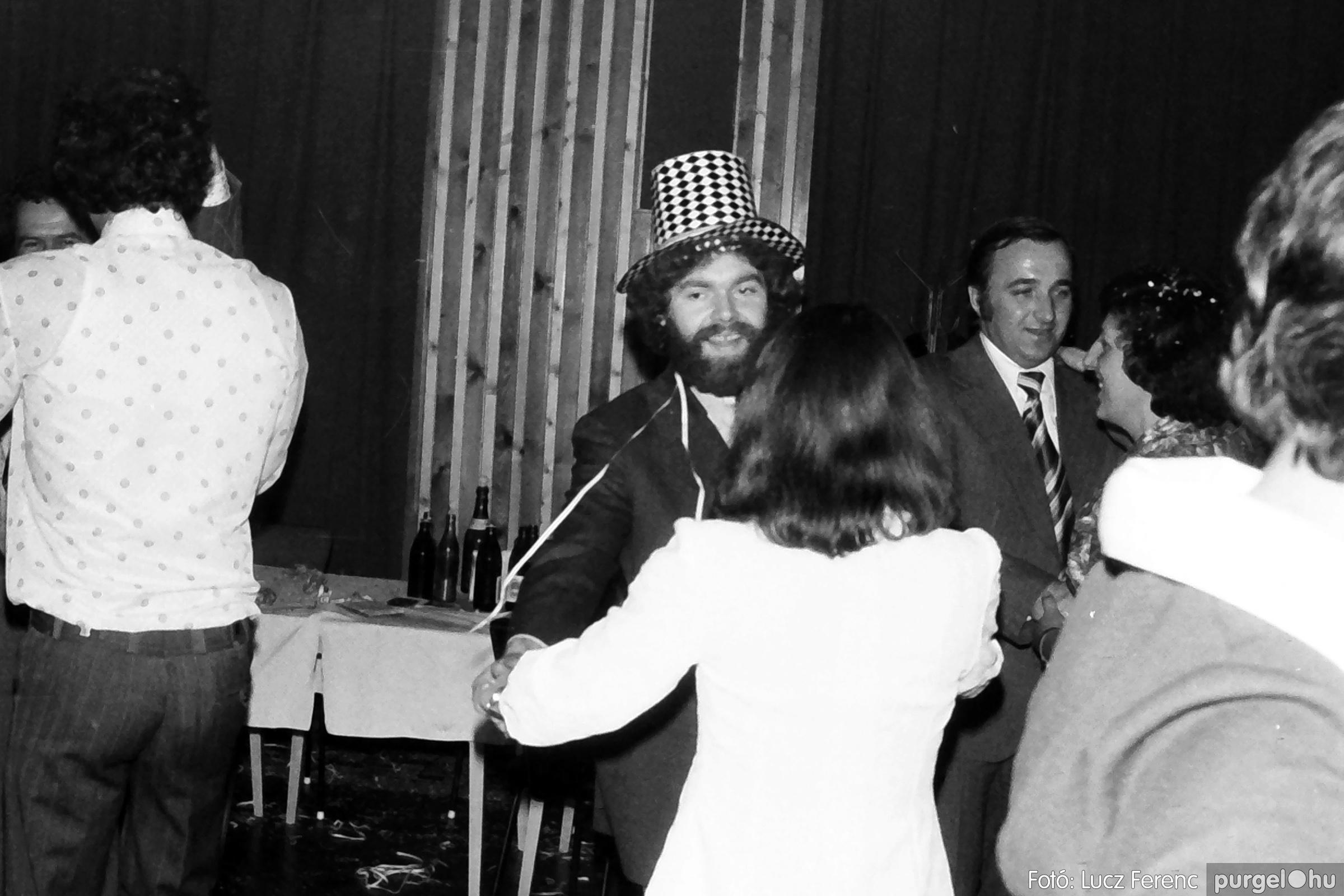 070. 1976.12.31. Szilveszter a kultúrházban 001. - Fotó: Lucz Ferenc.jpg