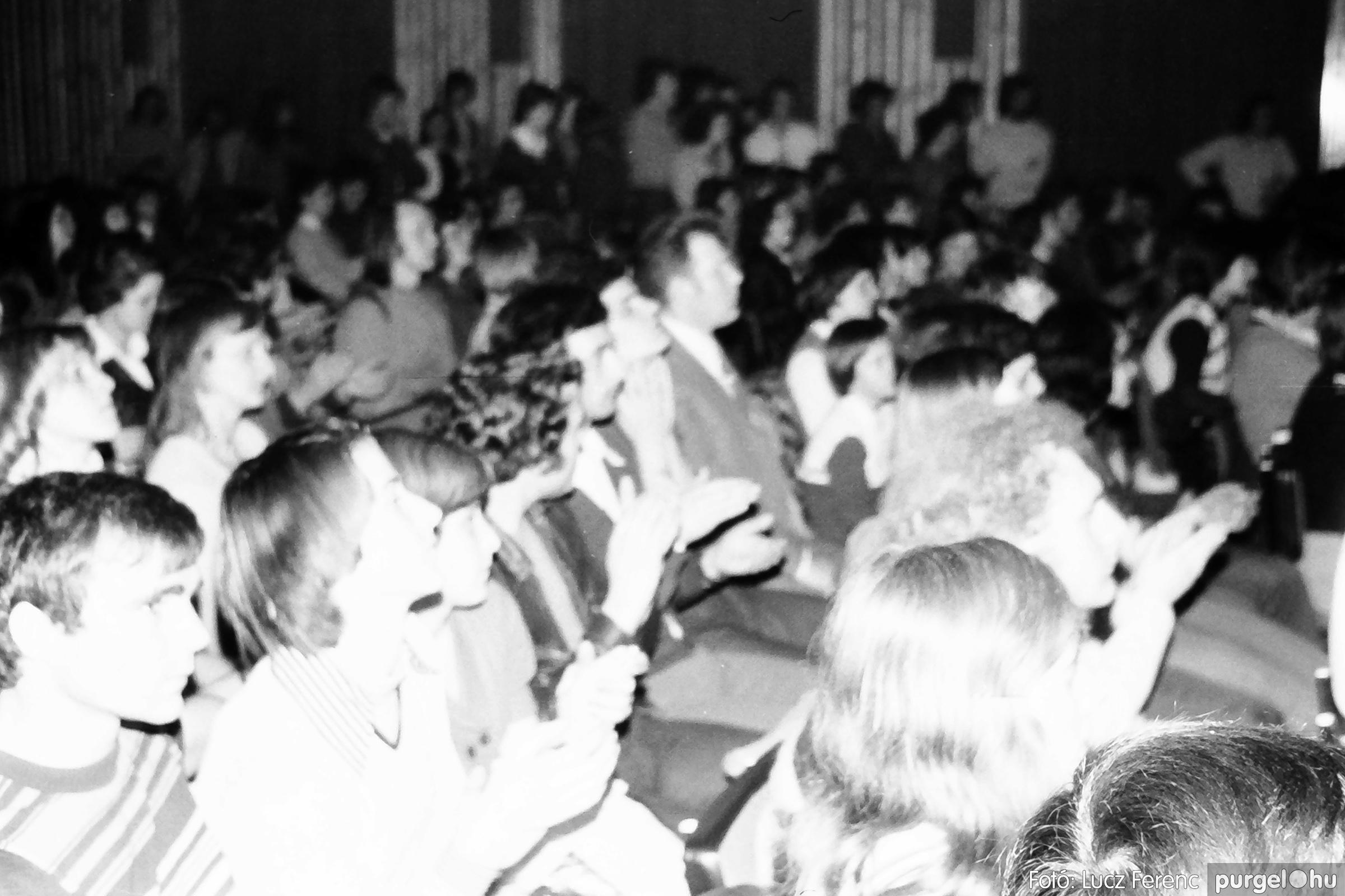 072. 1977. A botrányba fulladt Neoton koncert 003. - Fotó: Lucz Ferenc.jpg