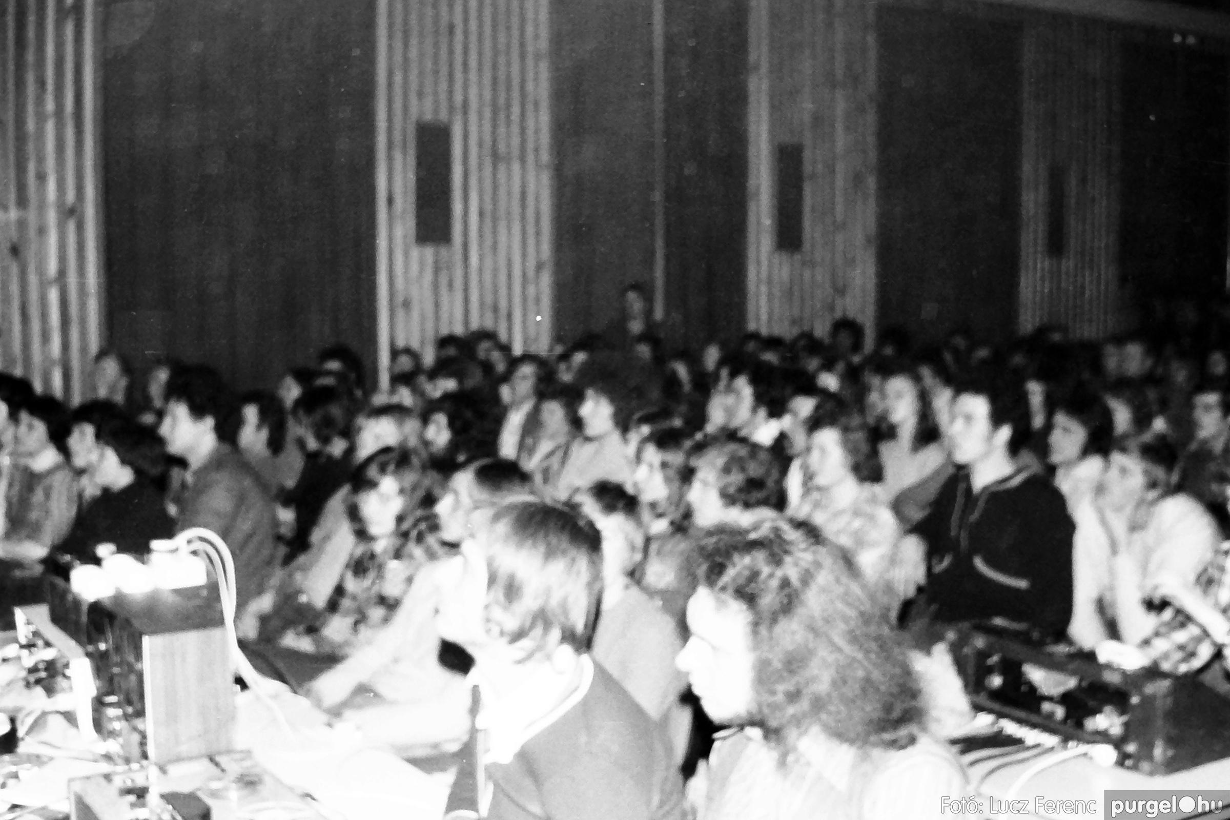 072. 1977. A botrányba fulladt Neoton koncert 002. - Fotó: Lucz Ferenc.jpg