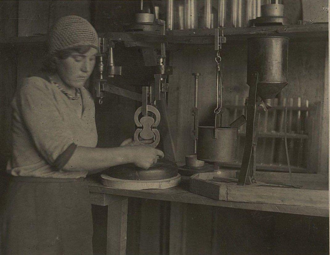 19. Испытание цемента на разрыв прибором Михаэлиса в лаборатории.