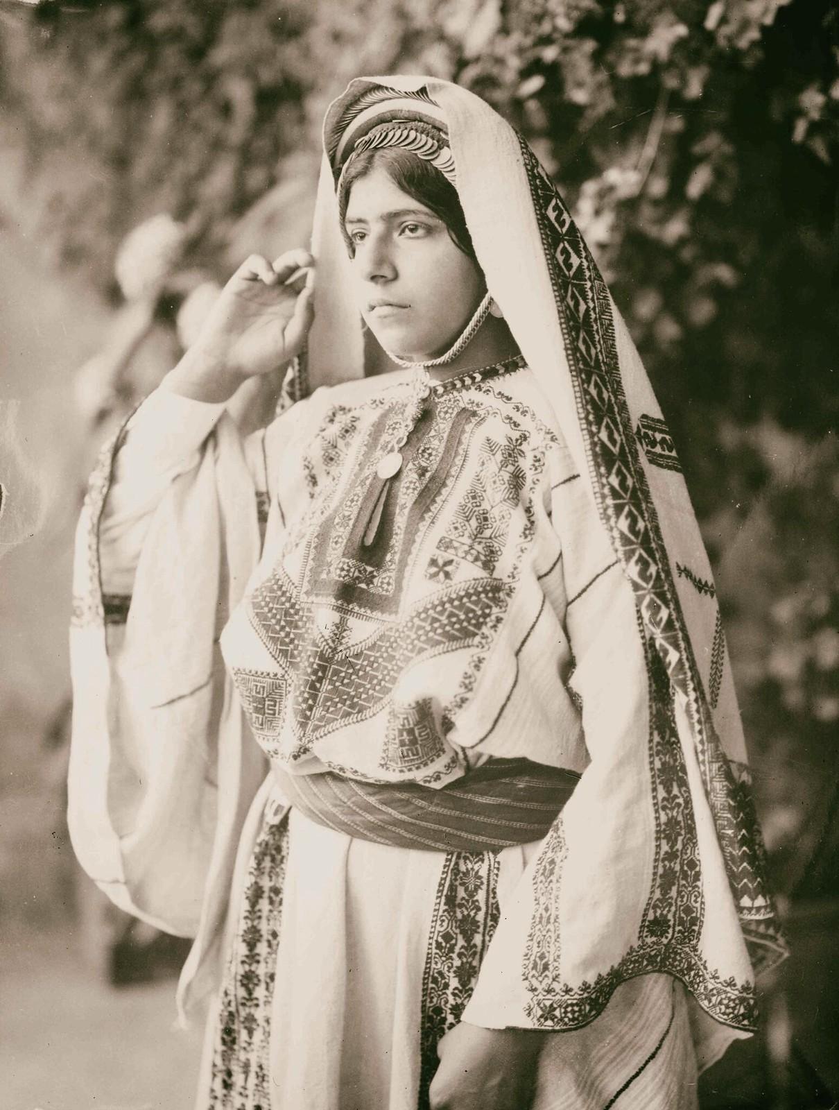 14. Женщина из Рамаллы в вышитом костюме