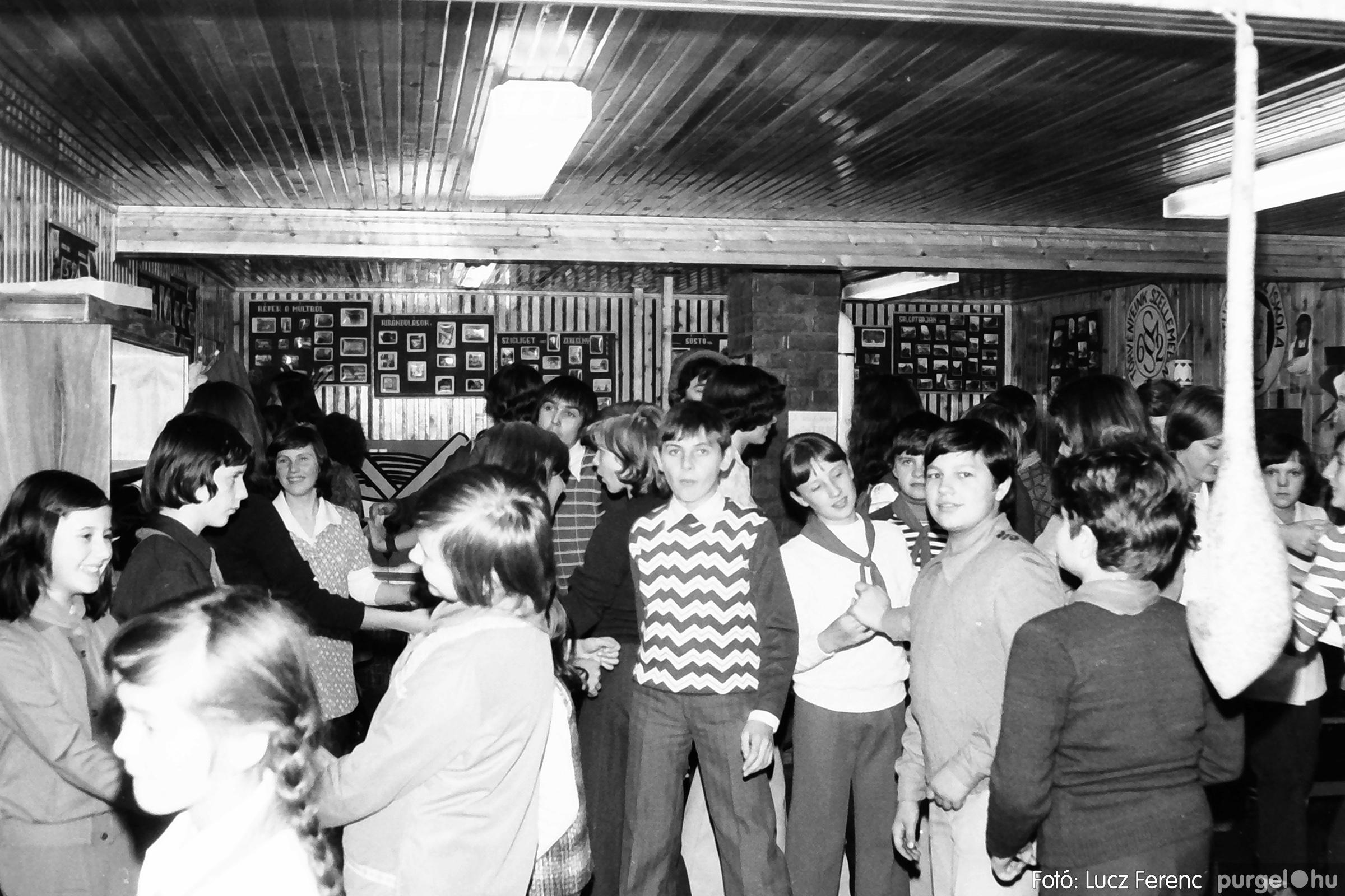 067. 1976. Karácsonyi buli az úttörőszobában 008. - Fotó: Lucz Ferenc.jpg