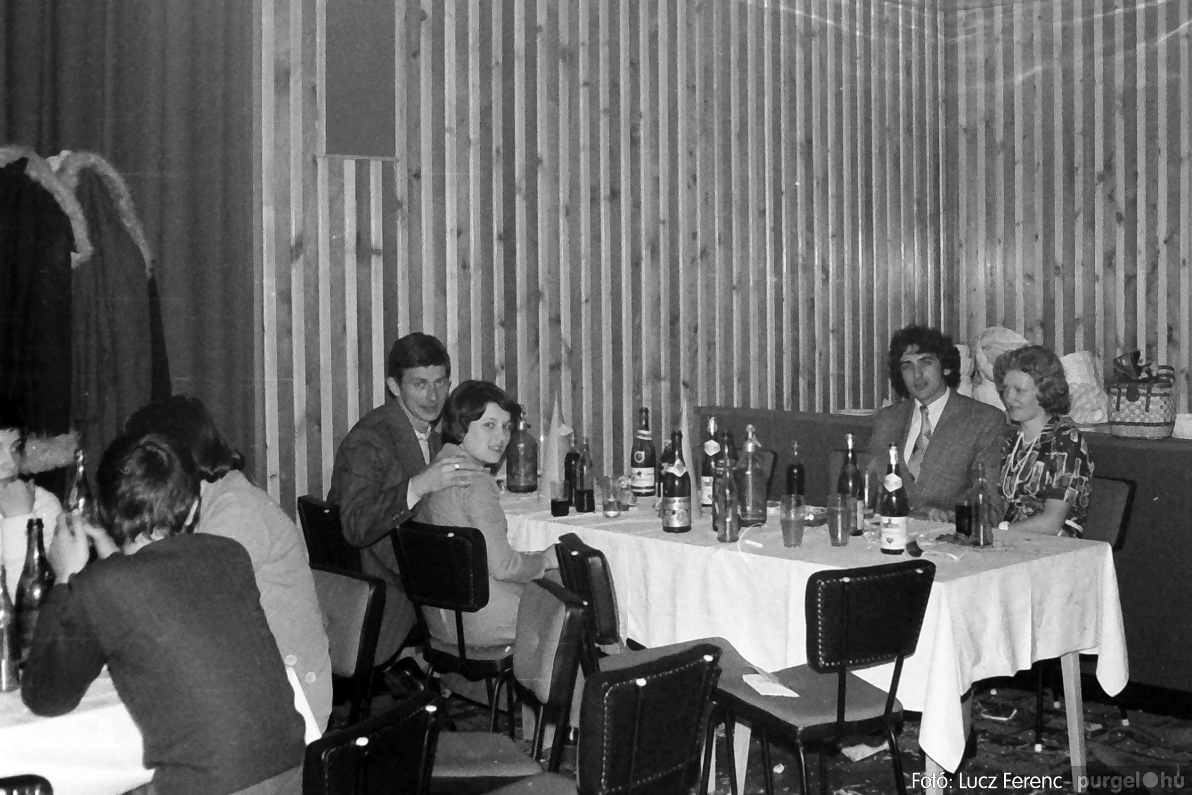 070. 1976.12.31. Szilveszter a kultúrházban 016. - Fotó: Lucz Ferenc.jpg