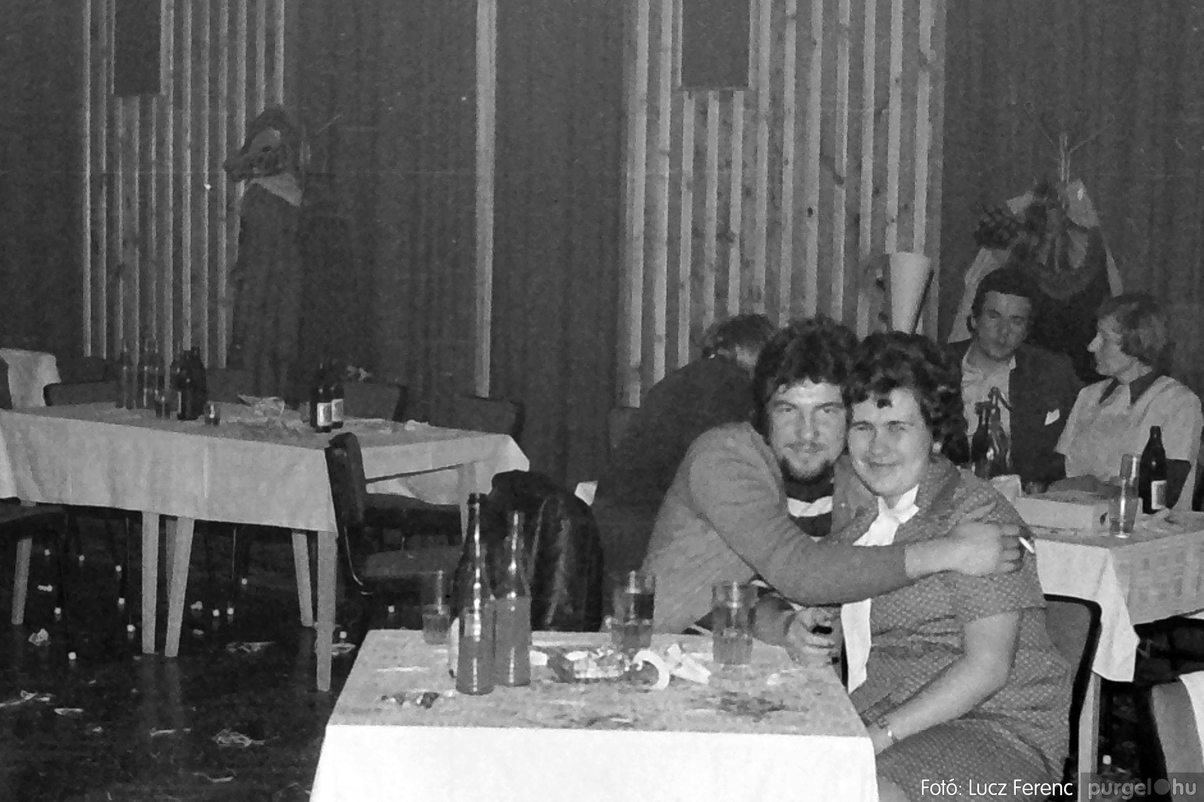 070. 1976.12.31. Szilveszter a kultúrházban 014. - Fotó: Lucz Ferenc.jpg