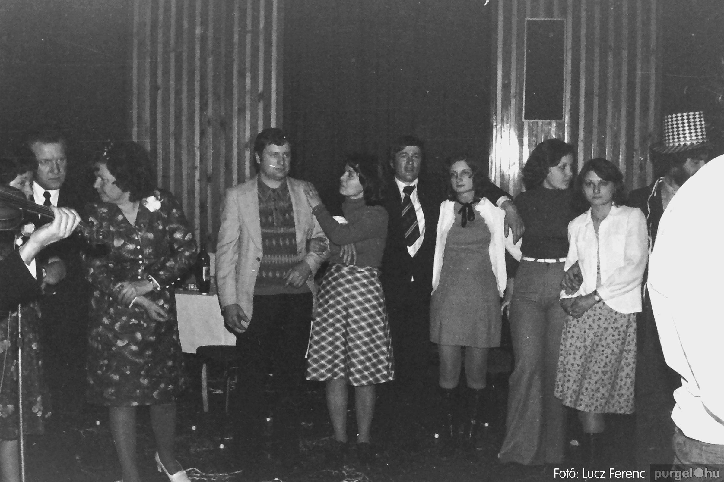 070. 1976.12.31. Szilveszter a kultúrházban 009. - Fotó: Lucz Ferenc.jpg