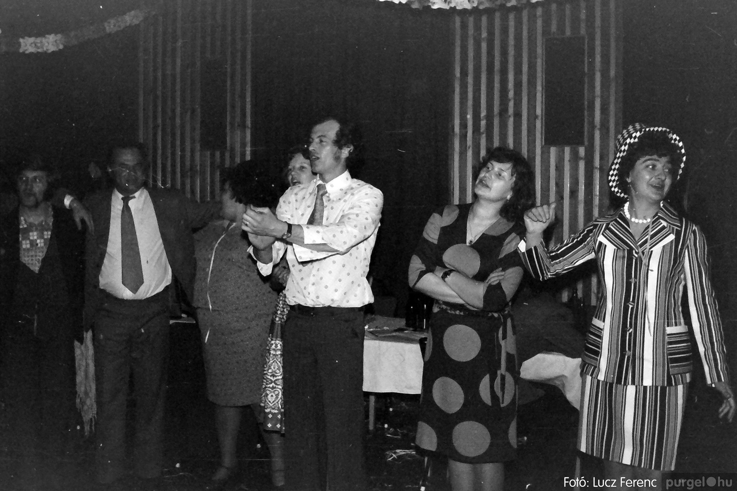 070. 1976.12.31. Szilveszter a kultúrházban 005. - Fotó: Lucz Ferenc.jpg