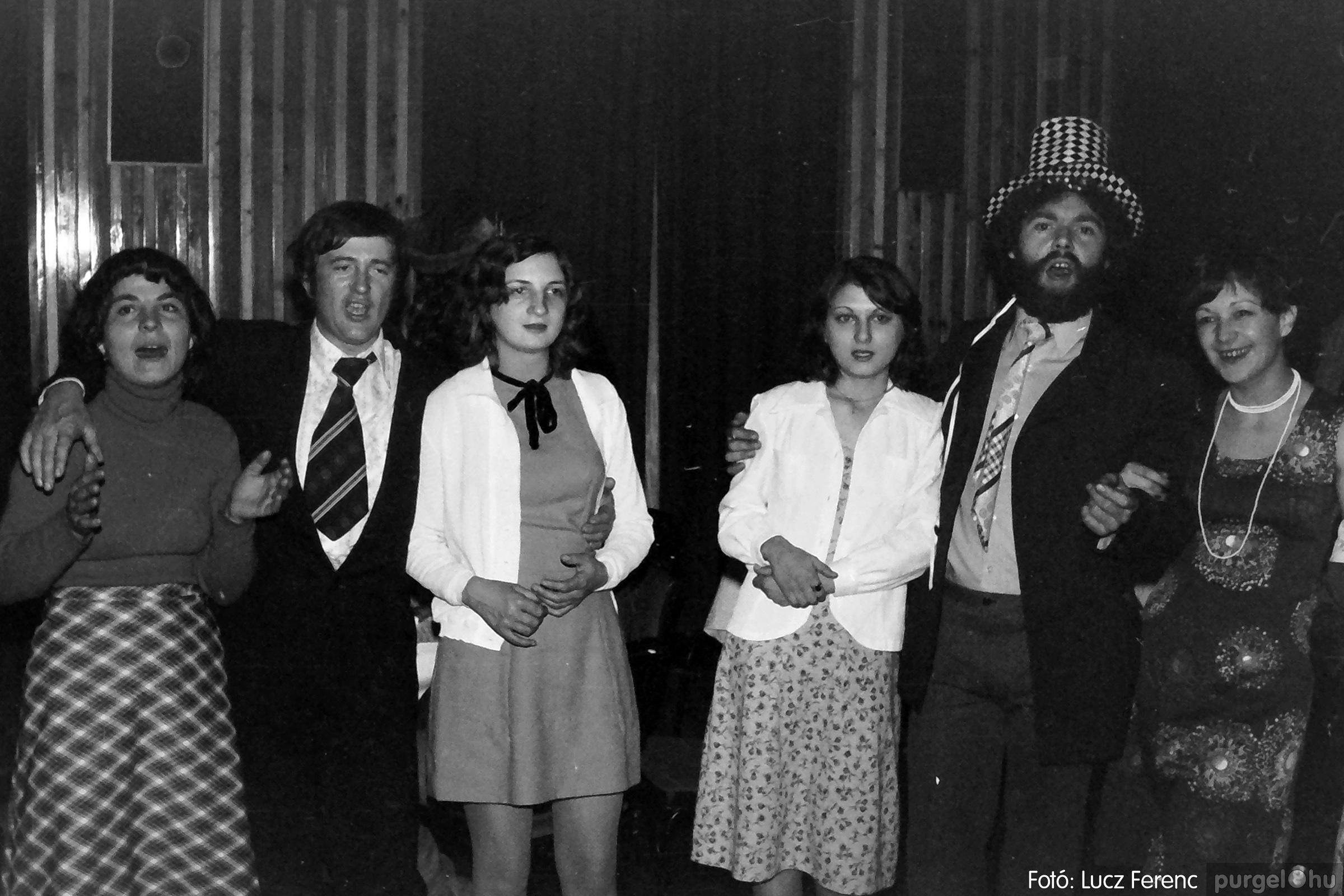070. 1976.12.31. Szilveszter a kultúrházban 002. - Fotó: Lucz Ferenc.jpg