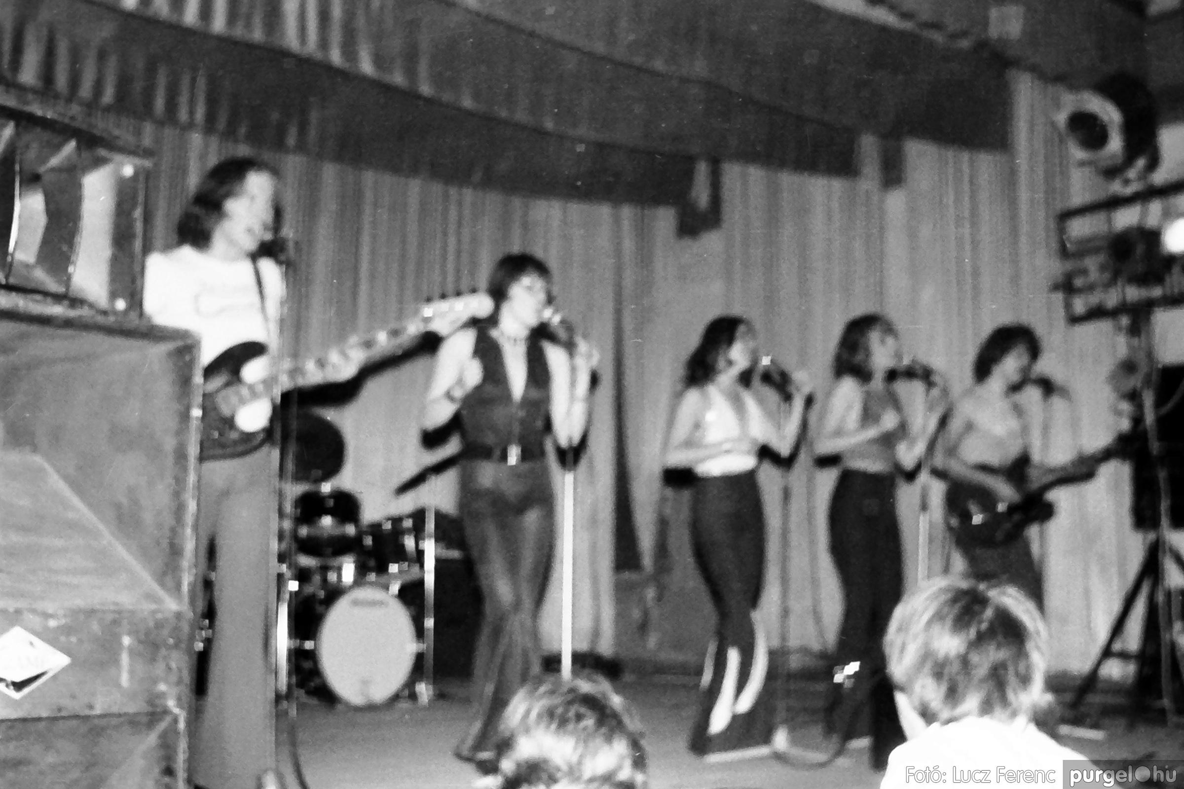 072. 1977. A botrányba fulladt Neoton koncert 001. - Fotó: Lucz Ferenc.jpg