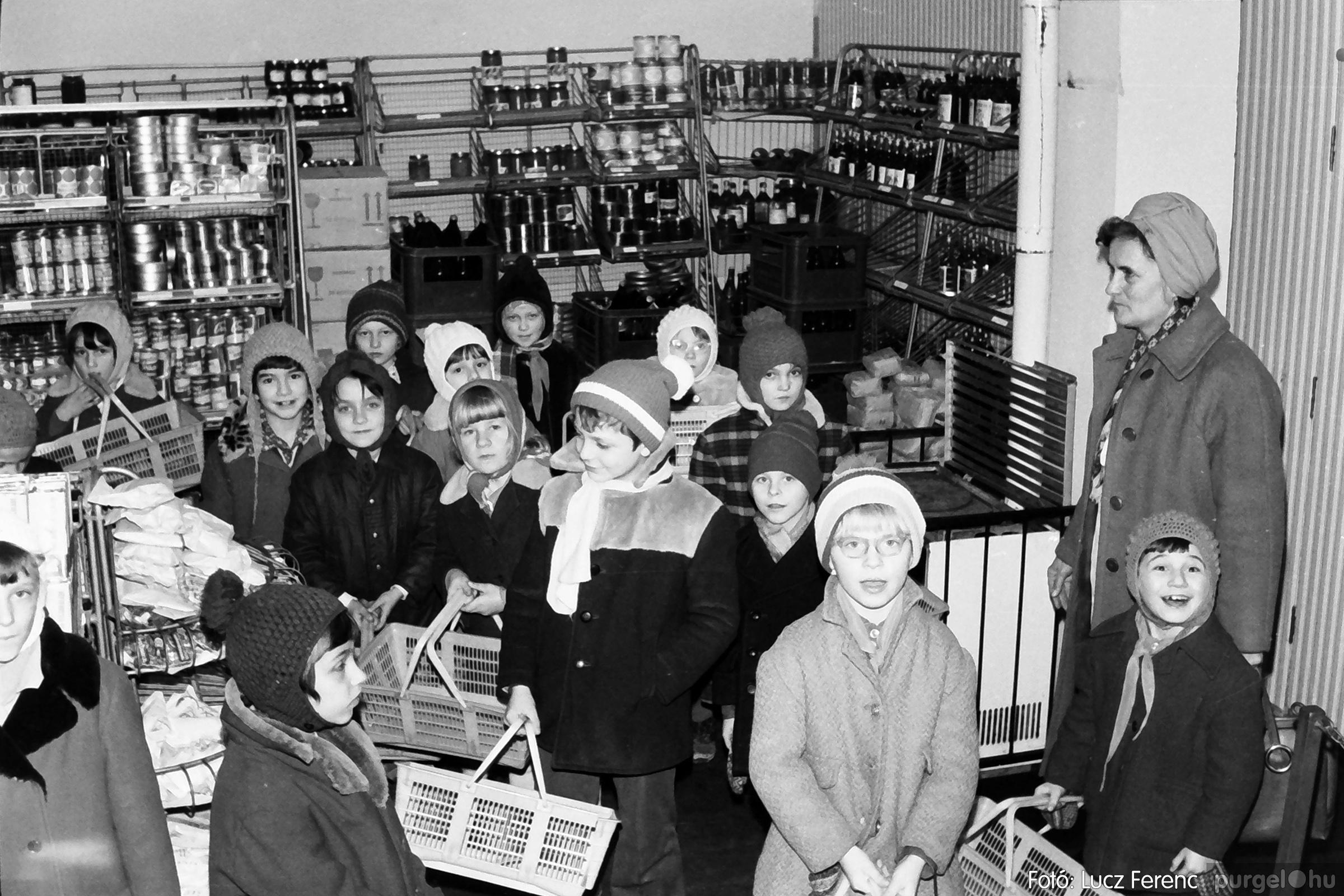 072A. 1977. Diákok látogatása a boltba 002. - Fotó: Lucz Ferenc.jpg