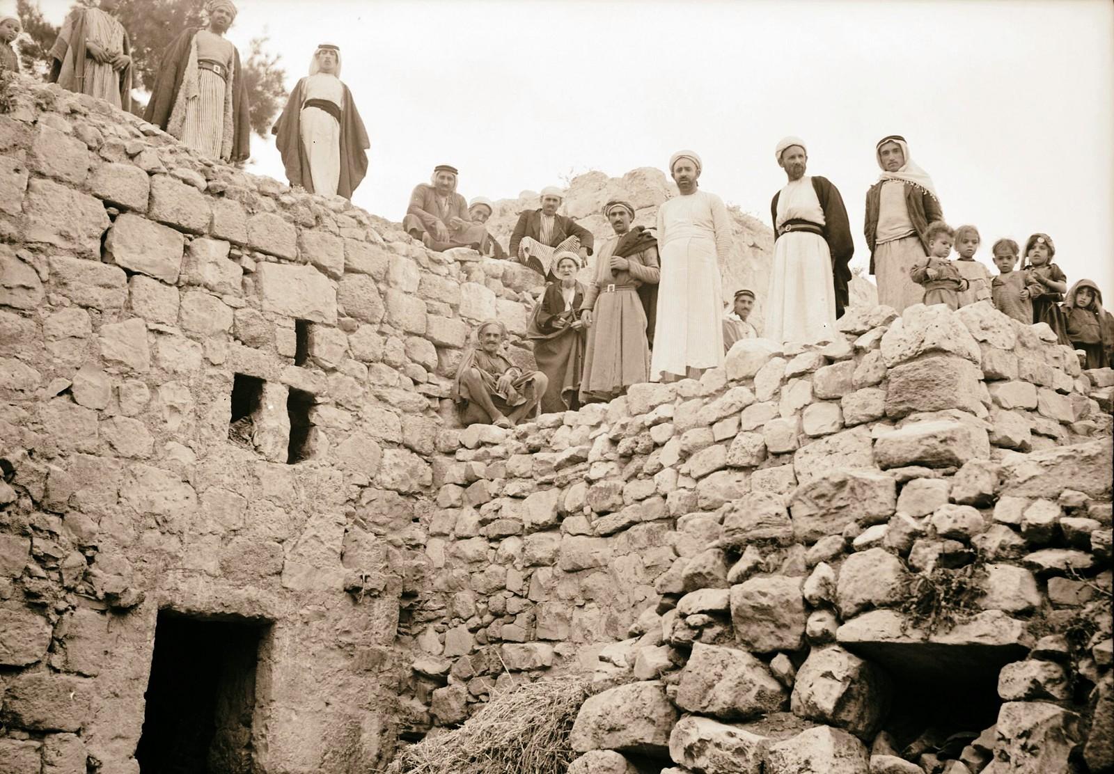 18. Деревня Халхуль на 30-м километре дороги в Хеврон. Жители деревни на крыше полуподземных домов