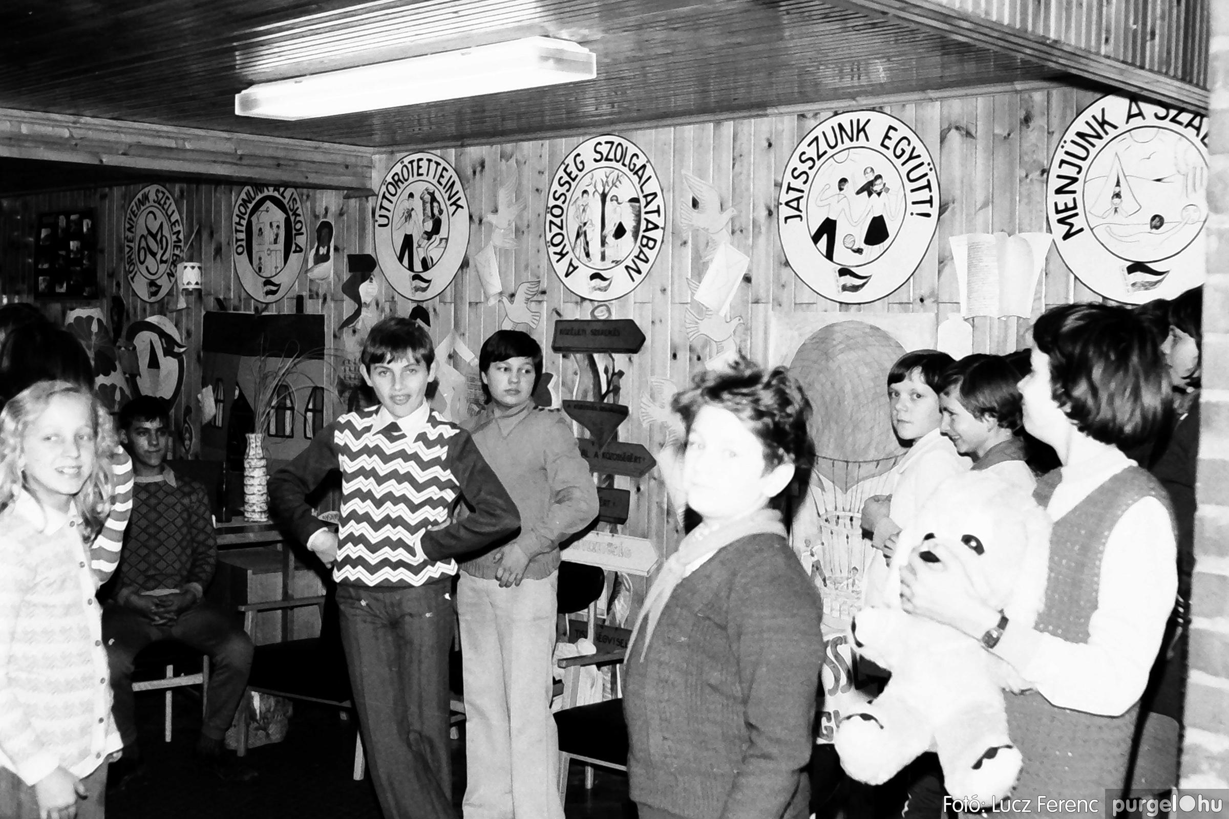 067. 1976. Karácsonyi buli az úttörőszobában 009. - Fotó: Lucz Ferenc.jpg