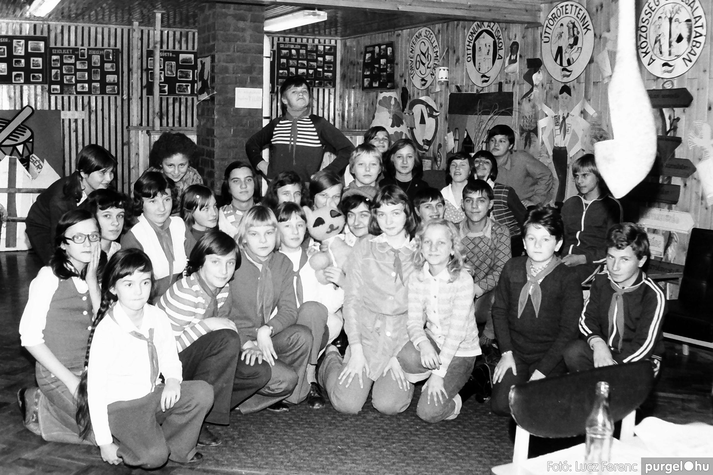 067. 1976. Karácsonyi buli az úttörőszobában 006. - Fotó: Lucz Ferenc.jpg